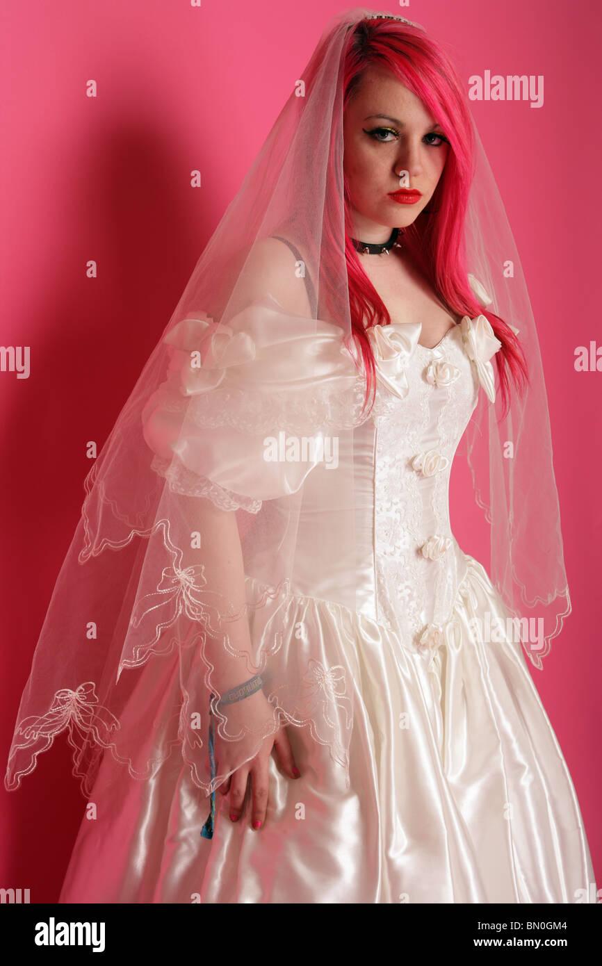 Teenager Mit Leuchtend Roten Haaren Gekleidet In Ein Hochzeitskleid