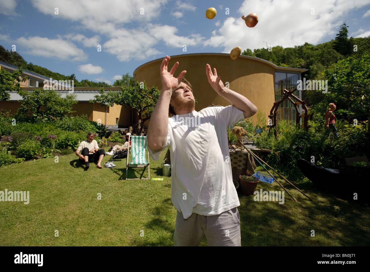 Eine Person Jonglieren mit Obst und Gemüse an das Zentrum für Alternative Technologie, Machynlleth, Powys Stockbild