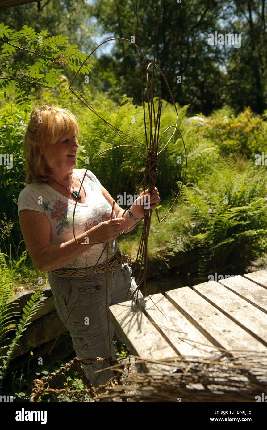 Frau macht eine Weide auf eine kreative Kunst-Tag-Klasse im Centre for Alternative Technology, Machynlleth Powys Stockbild