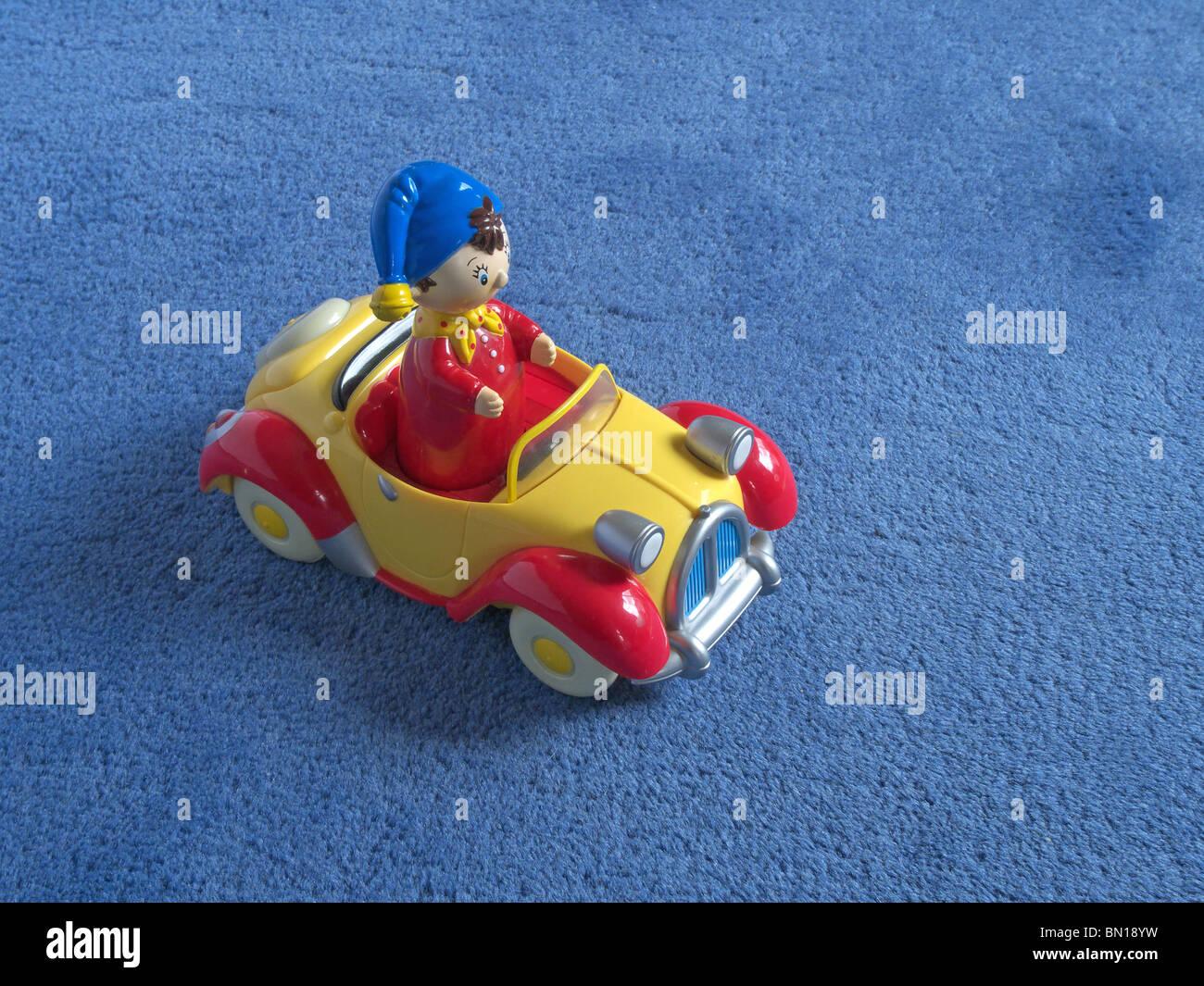Auto Fußboden Teppich ~ Plastikspielzeug noddy auto auf teppichboden stockfoto bild