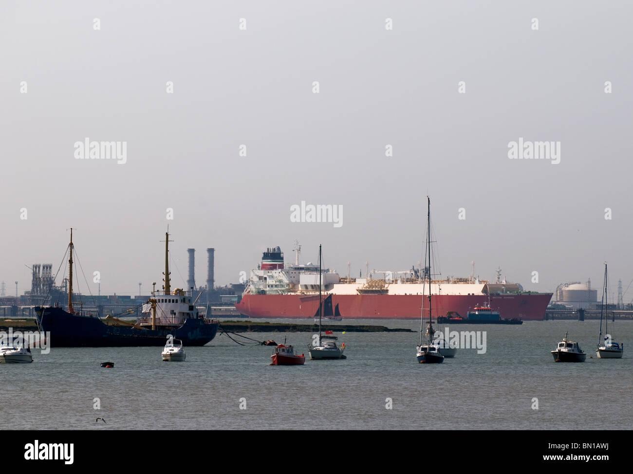 Schiffe vor Anker in Sheerness Docks auf der Isle of Sheppey in Kent. Stockbild