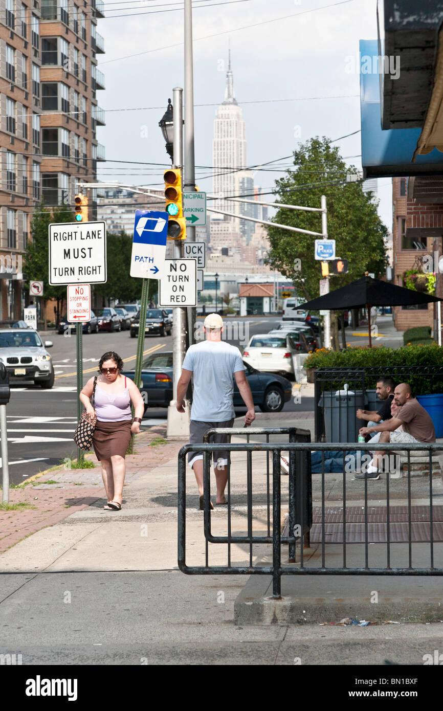 Hoboken Fußgänger & Stoop sitzt Spannrollen weitgehend ignorieren, unzählige Verkehrszeichen Stockbild