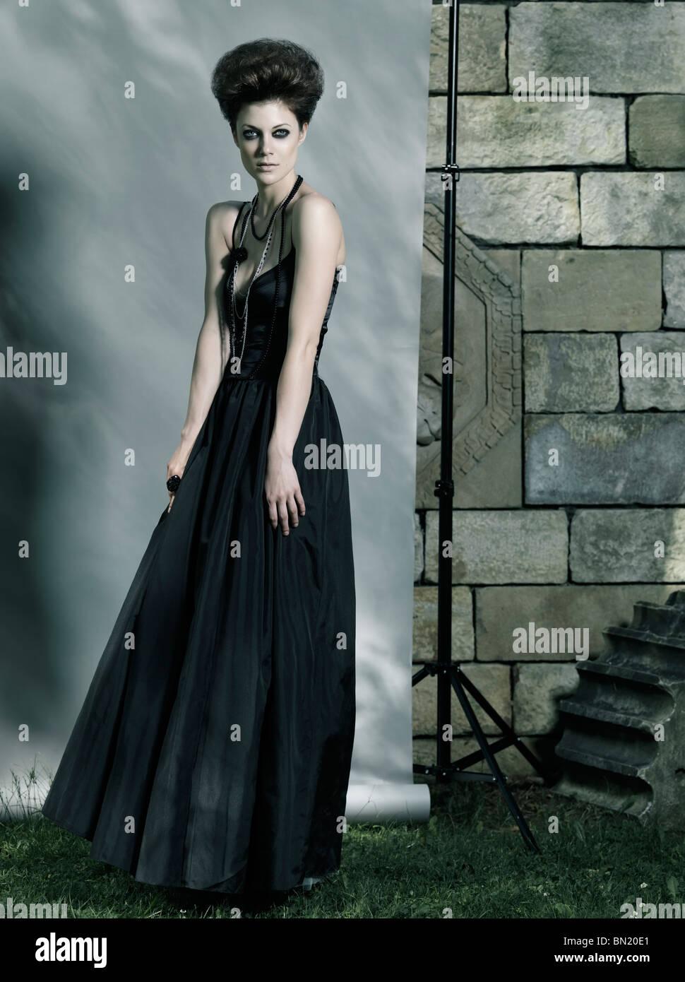 High-Fashion Foto einer schönen Frau mit langen schwarzen Kleid Stockbild
