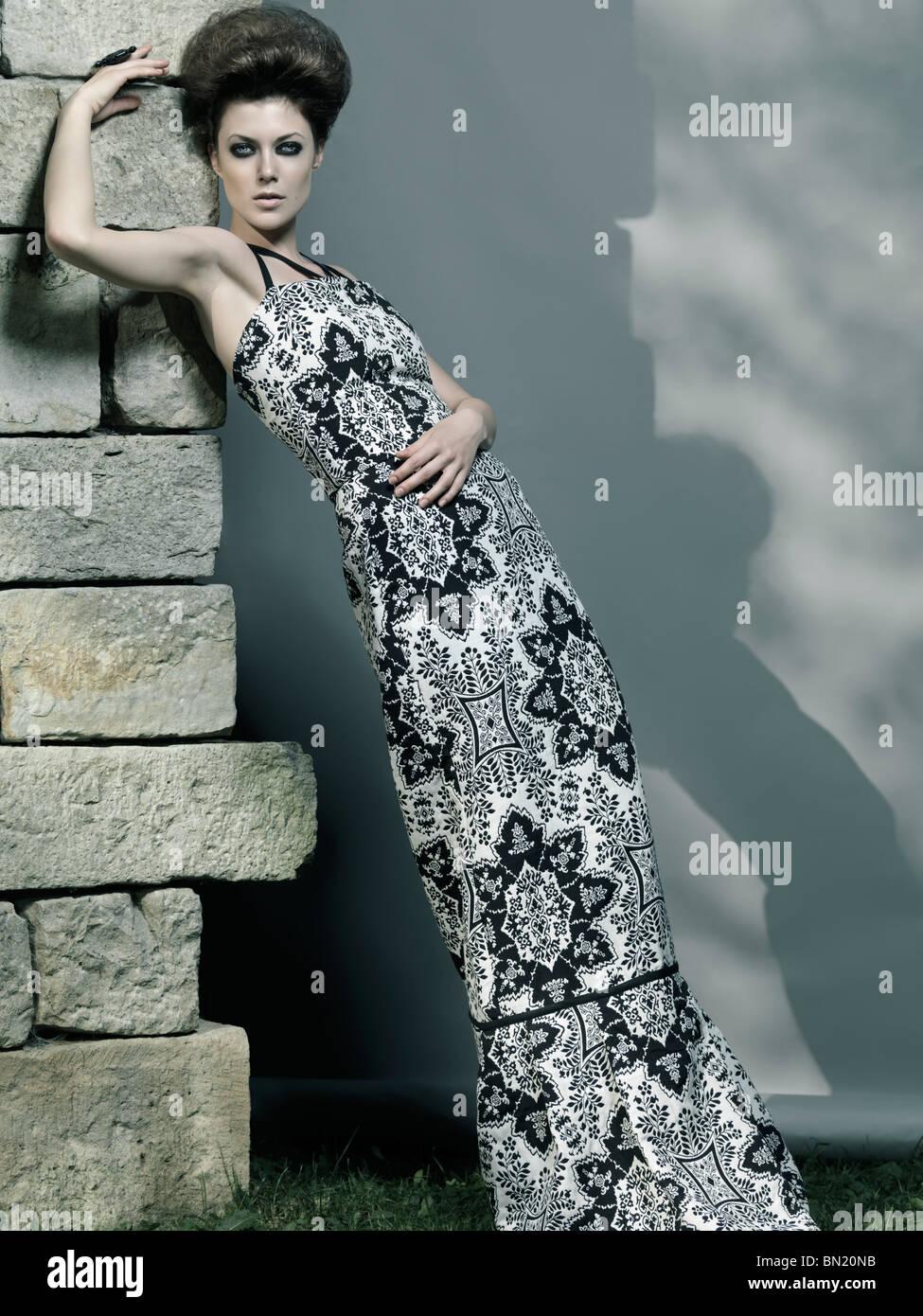 High-Fashion Foto einer schönen Frau mit eleganten langen Kleid Stockbild