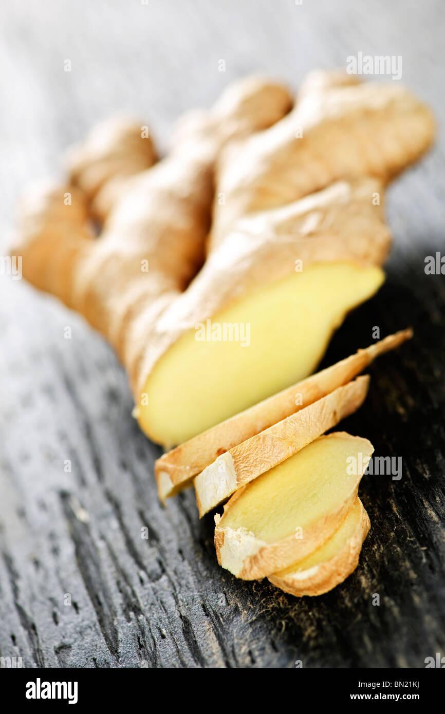 Nahaufnahme von Scheiben frischer Ingwer Gewürz auf Holztisch Stockbild