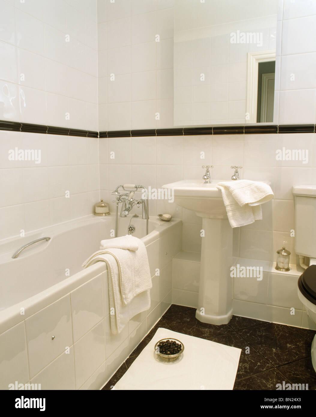 Weißen Sockel Waschbecken im traditionellen weiß geflieste ...