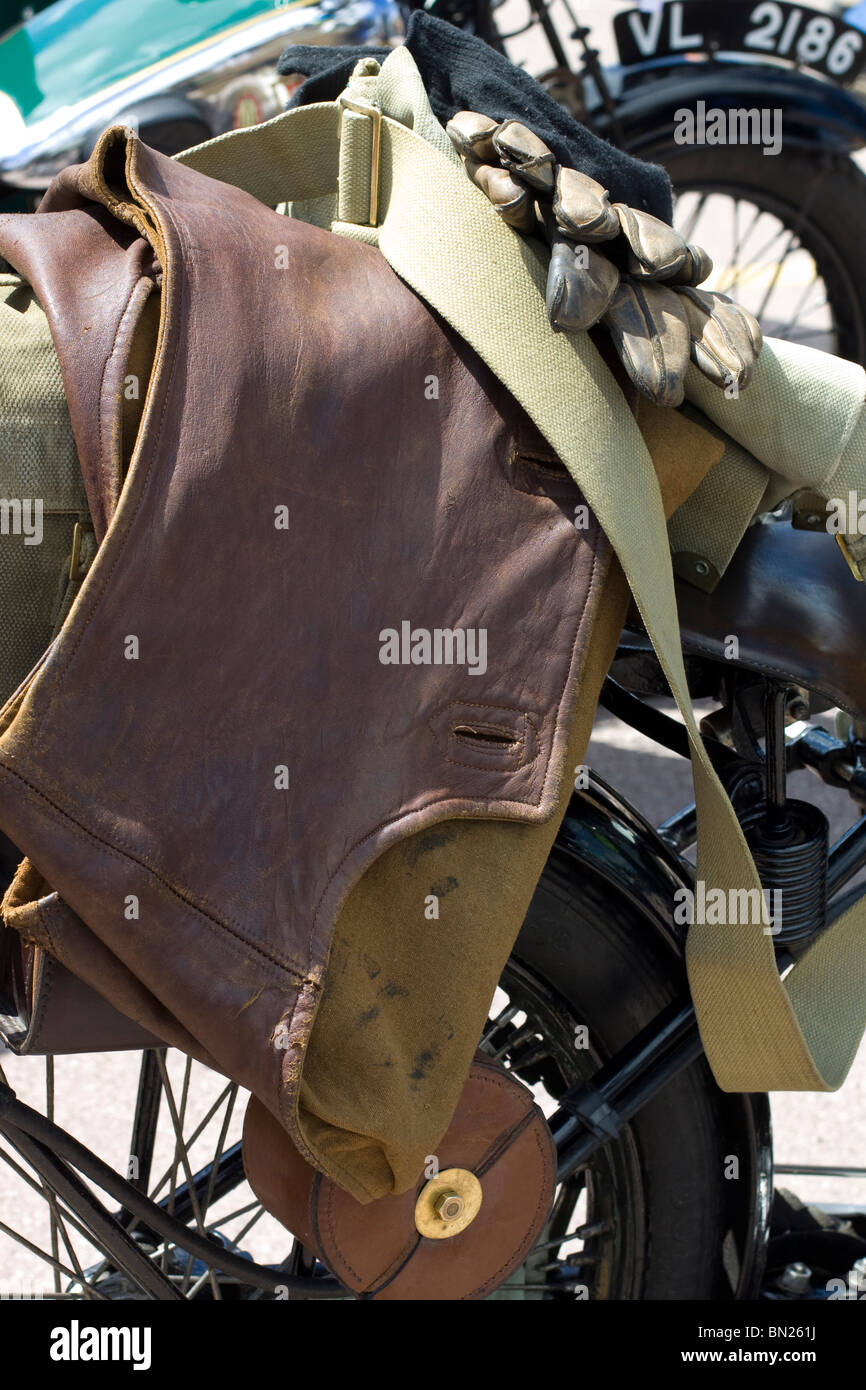 Retro Bekleidung und Schutzausrüstung gelegt über einen klassischen britischen Motorrad Stockbild