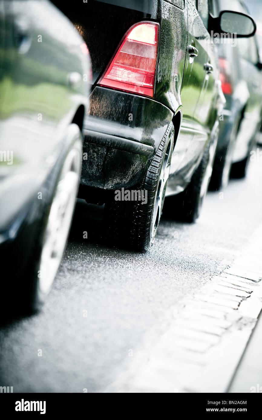 Typische Szene während der Hauptverkehrszeit. Ein Stau mit Reihen von Autos. Stockbild