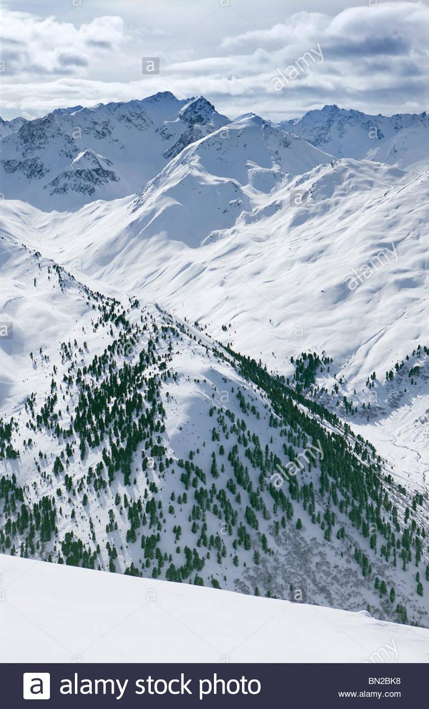 Blick auf verschneite Gebirge Stockbild