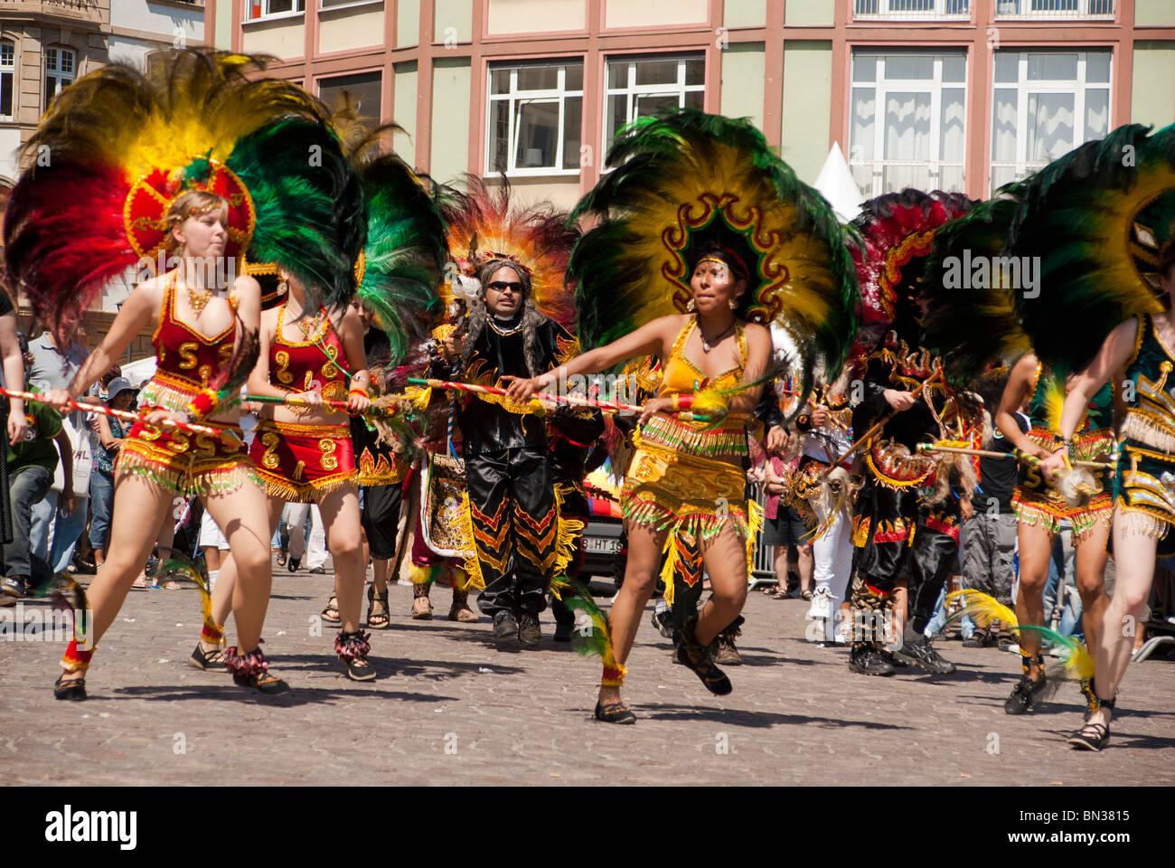 FRANKFURT - 26 JUNI. Bolivianer ein Krieg Tanz an der Parade der Kulturen. 26. Juni 2010 in Frankfurt am Main, Deutschland. Stockbild