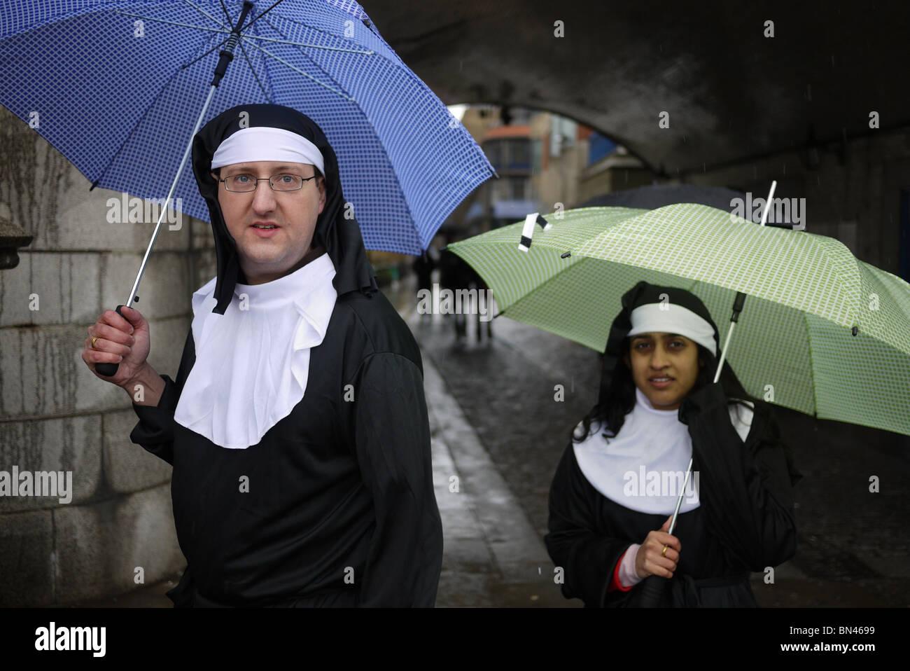 Nonnen auf der Charity Run laufen in London England UK Stockbild