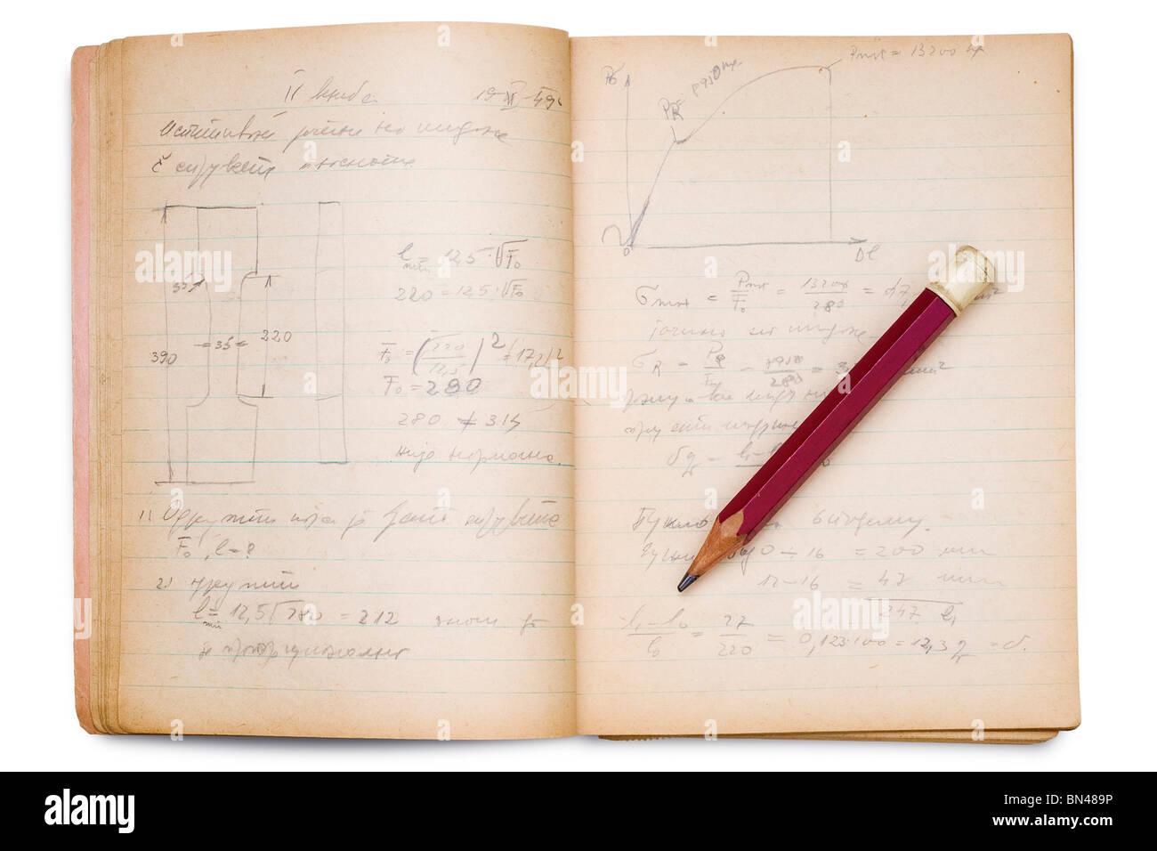 eine offene Math Notebook auf weiß mit Bleistift darauf Stockbild