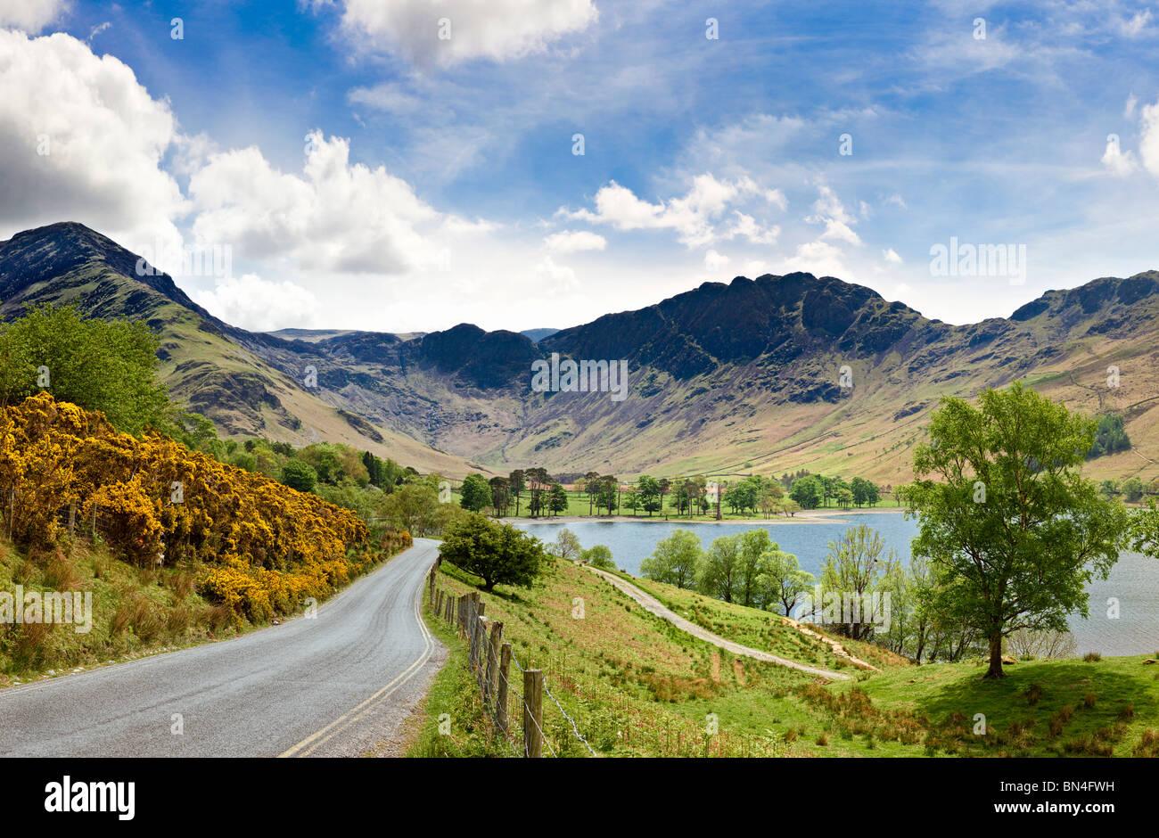 Blick auf Buttermere mit Fleetwith Hecht, graue Knotts und Heuhaufen, Lake District, Großbritannien Stockbild