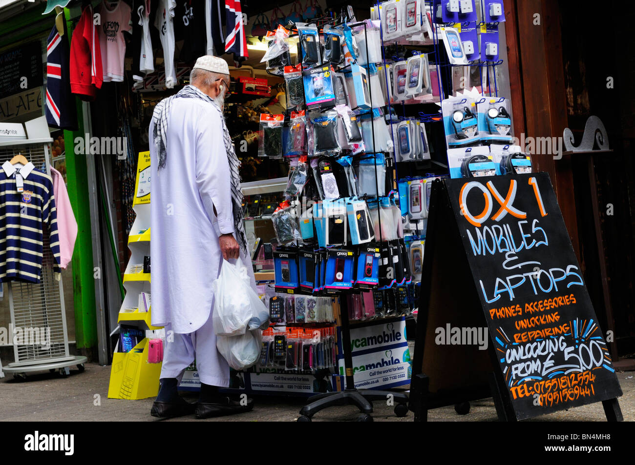 Senior woman in arabischem Stil Kleidung bei Oxford Markt, Oxford, England, UK Stockbild