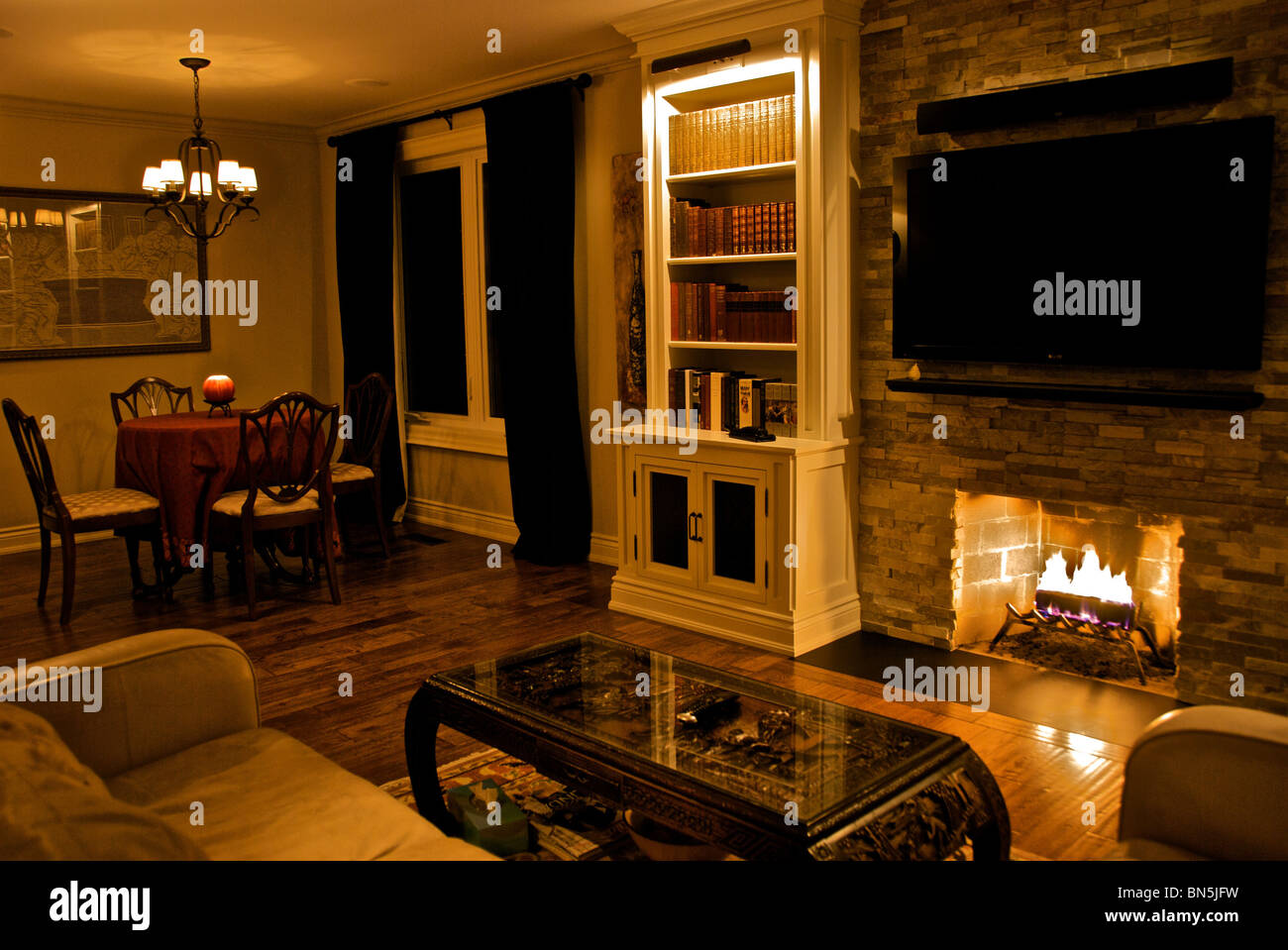 Wohnzimmer Und Esszimmer Mit Leuchtet Schwach Leuchten Stockfoto