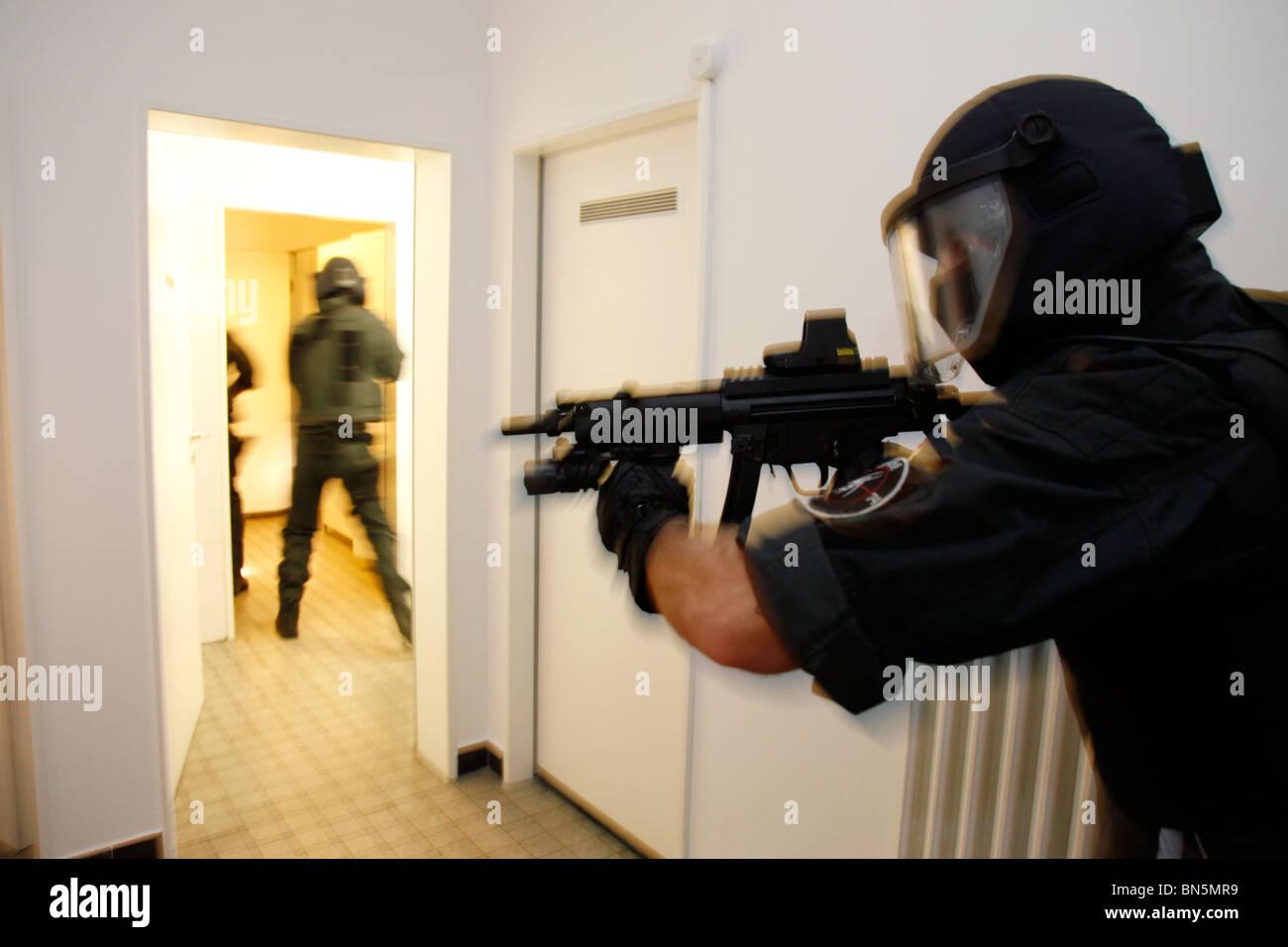 polizei swatteam bei einer Übung antiterrorismus und