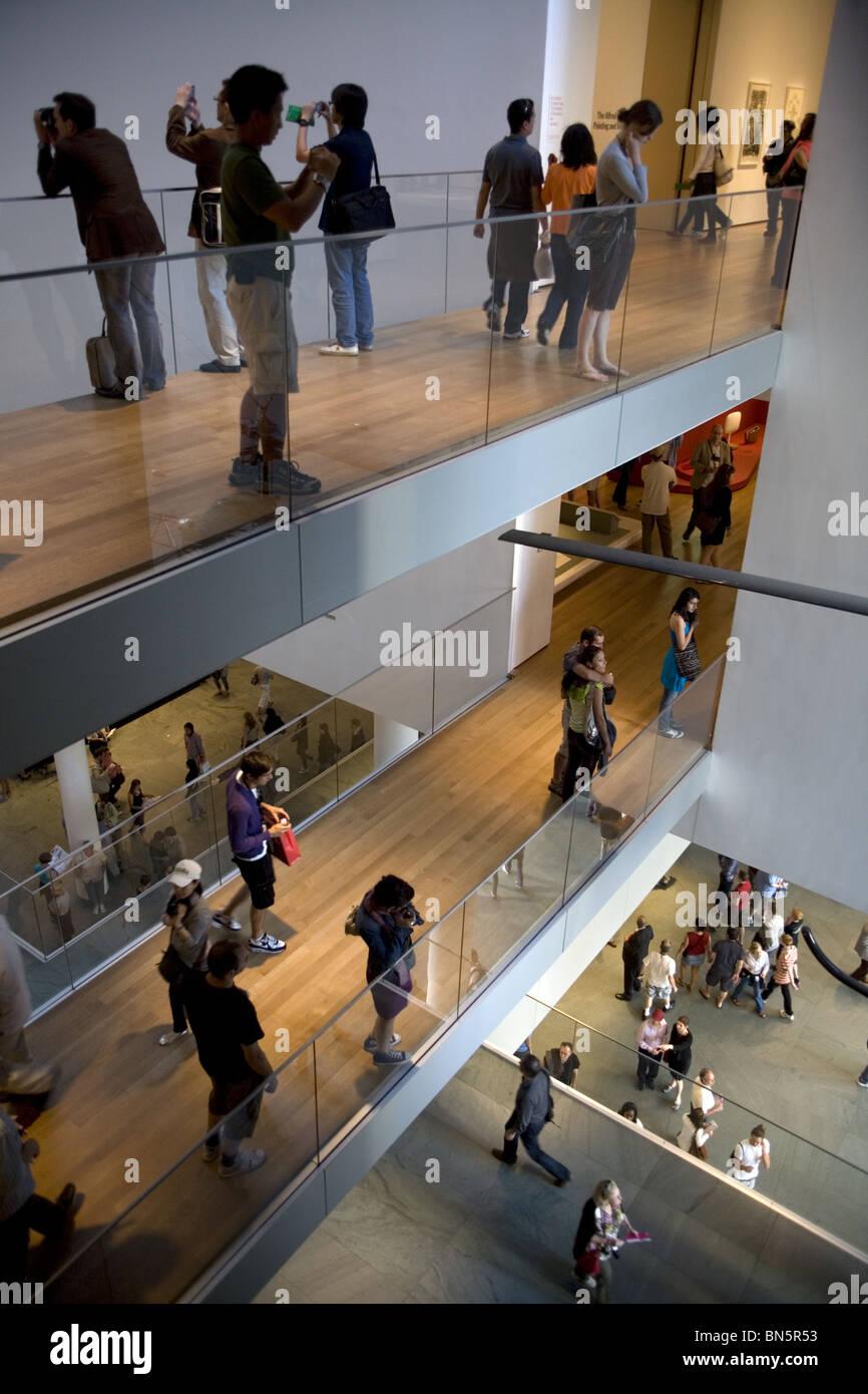Massen werden Bestandteil der Innenarchitektur im Museum of Modern ...