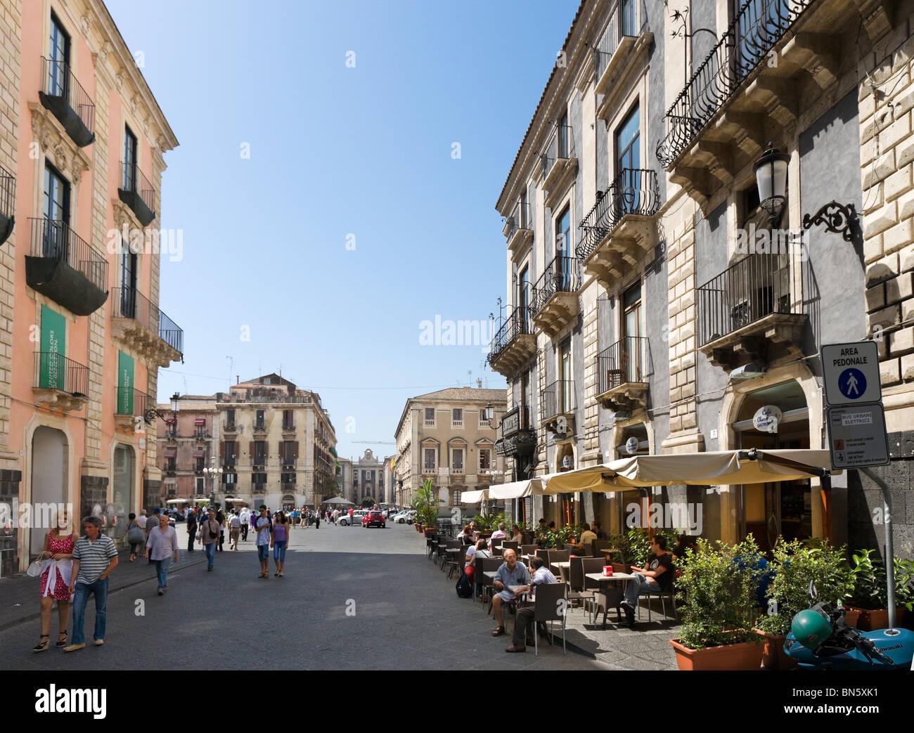 Straßencafé im Zentrum Stadt, Catania, South East Coast, Sizilien, Italien Stockbild