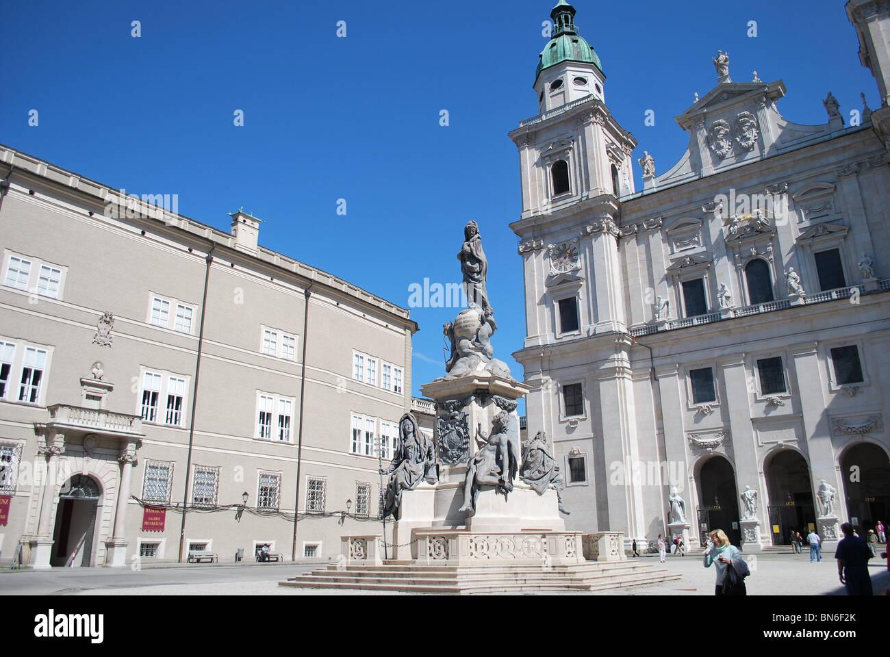 Domplatz-Platz (Domplatz) in Salzburg mit der Marienstatue (Marienstatue) im Zentrum Stockbild