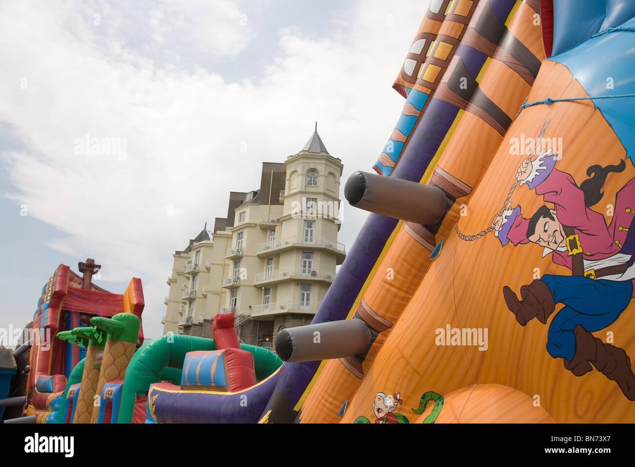 Kinder Unterhaltung Hüpfburg Llandudno Pier wales uk Stockbild