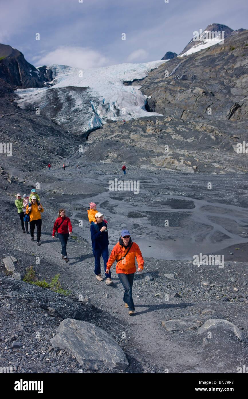 Familien Wandern auf einem Weg vor der Worthington Gletscher, Chugach National Forest, Alaska Stockfoto