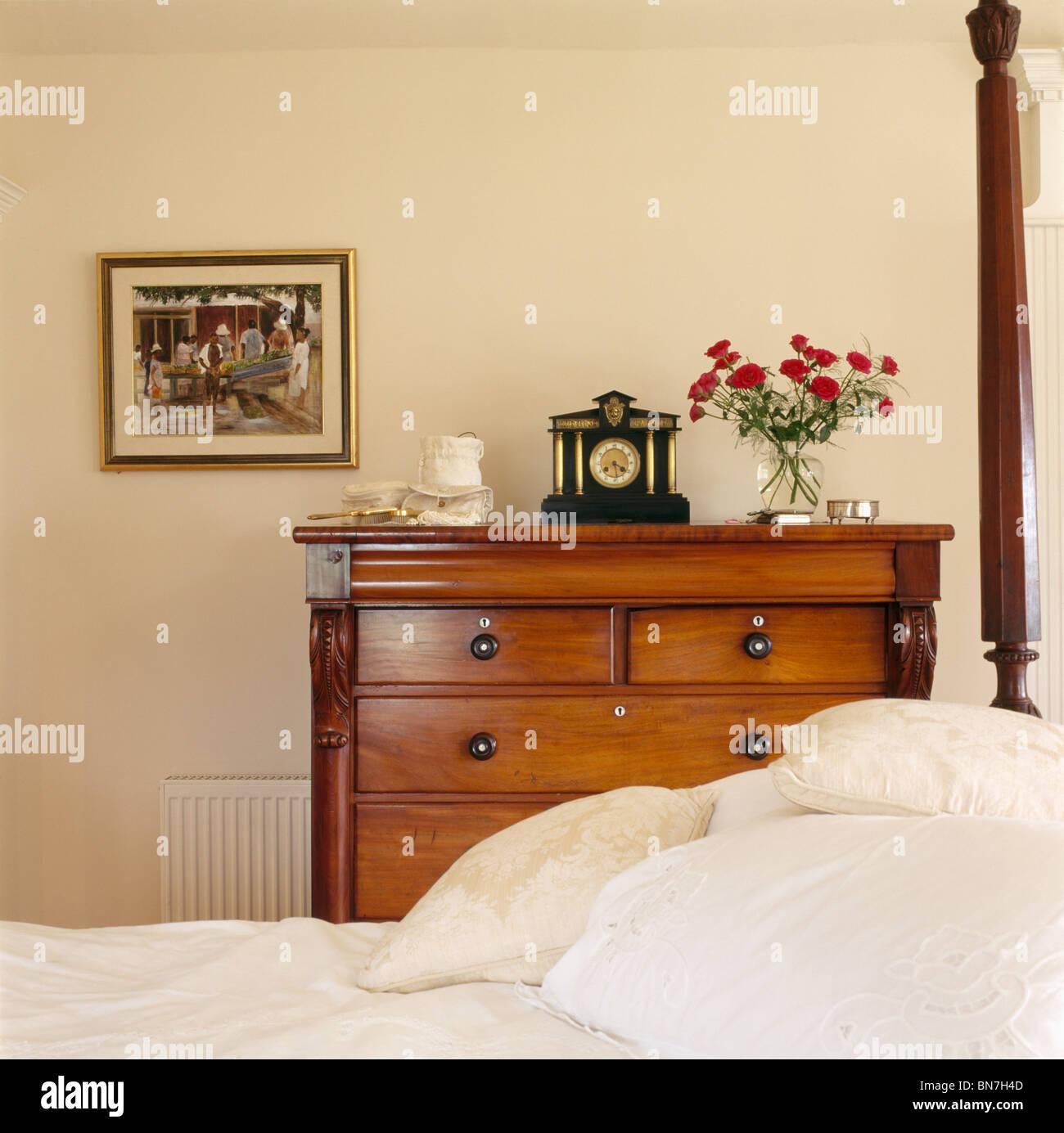 Uhr Auf Antike Kommode Neben Bett Mit Weissem Leinen In Weisse