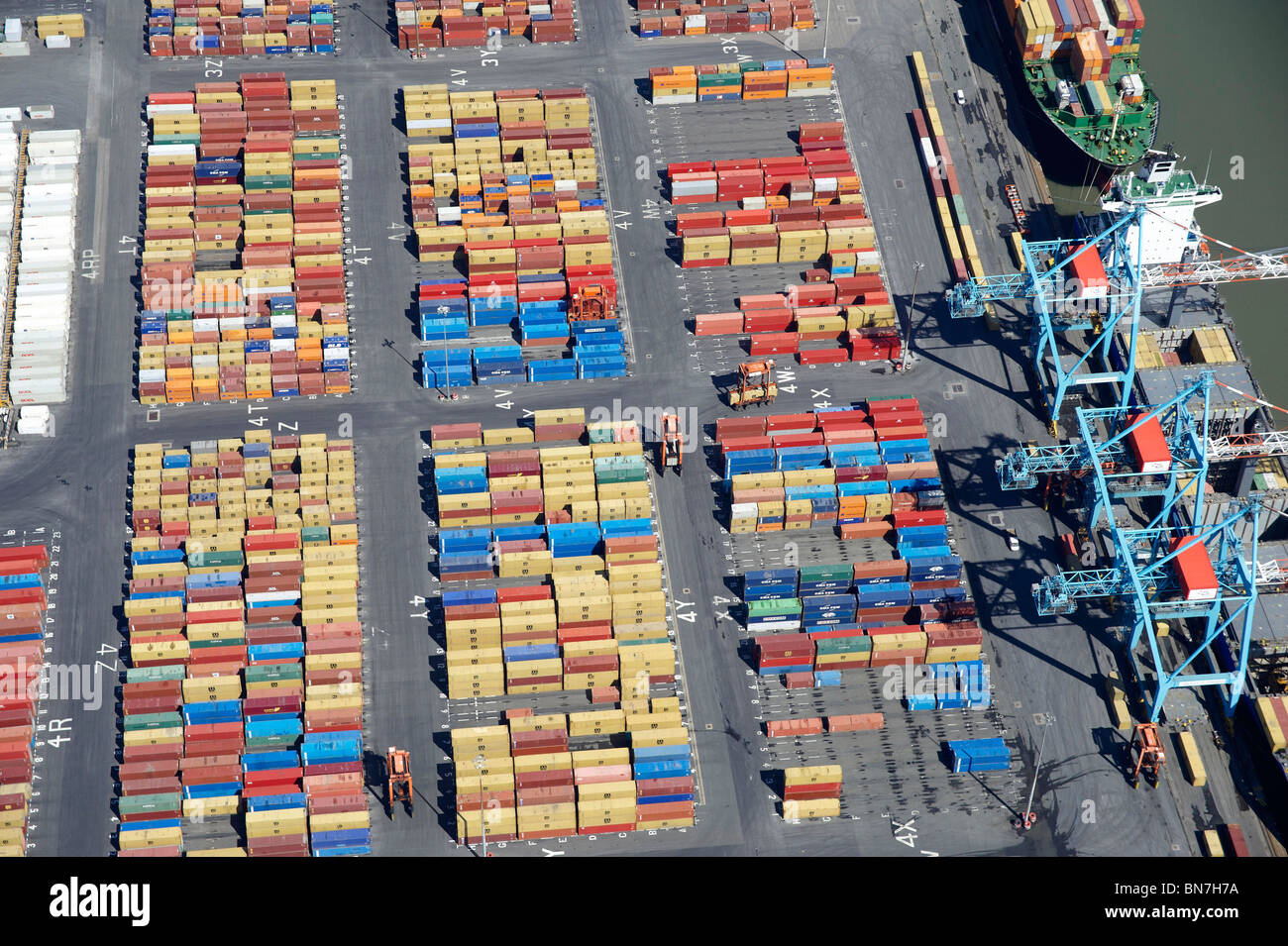 Schiffe werden in Bootle Docks, Liverpool, North West England Stockbild