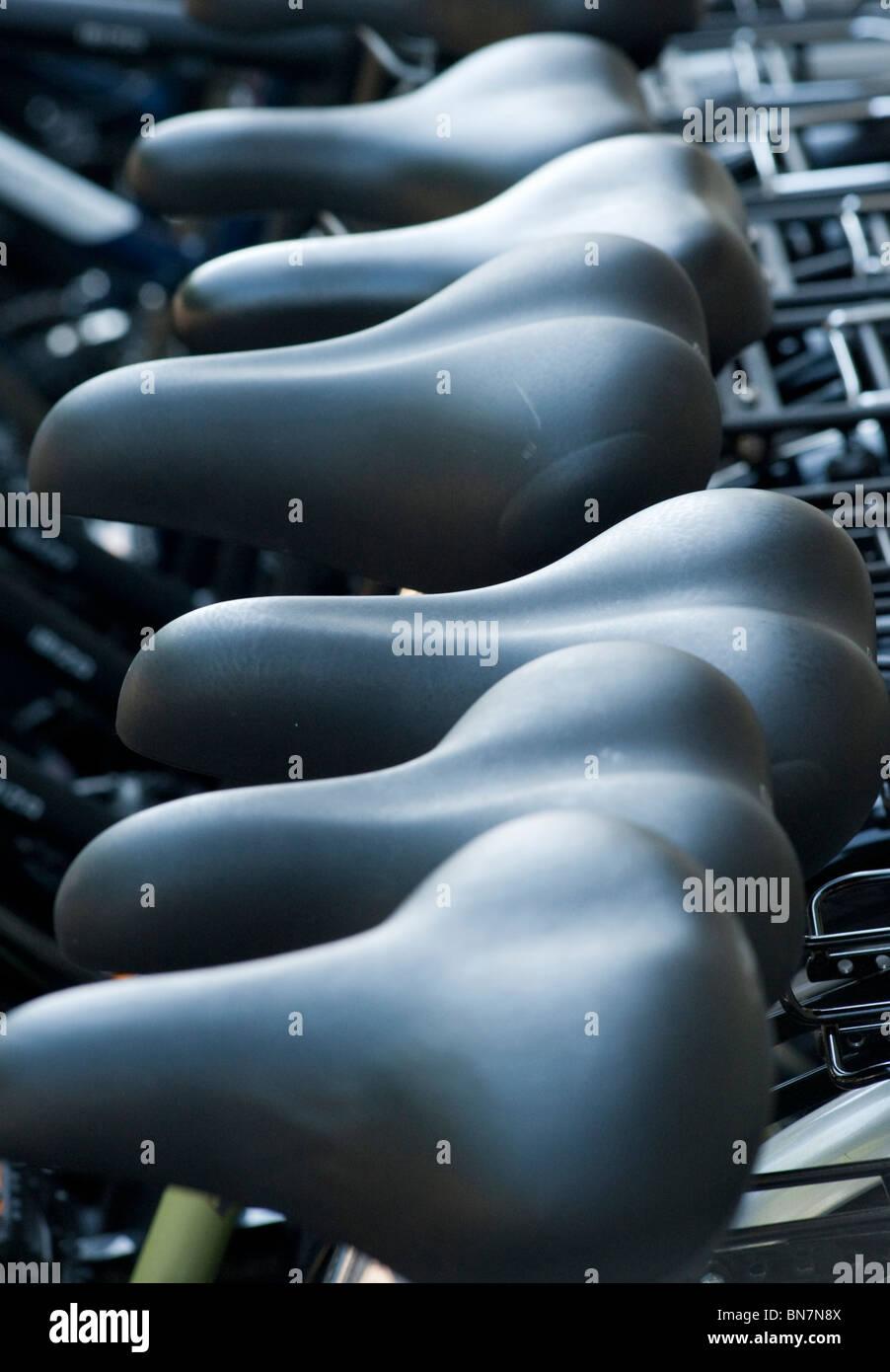 Nahaufnahme von Sätteln auf neue Fahrräder für den Verkauf außerhalb Shop in Berlin-Deutschland Stockbild