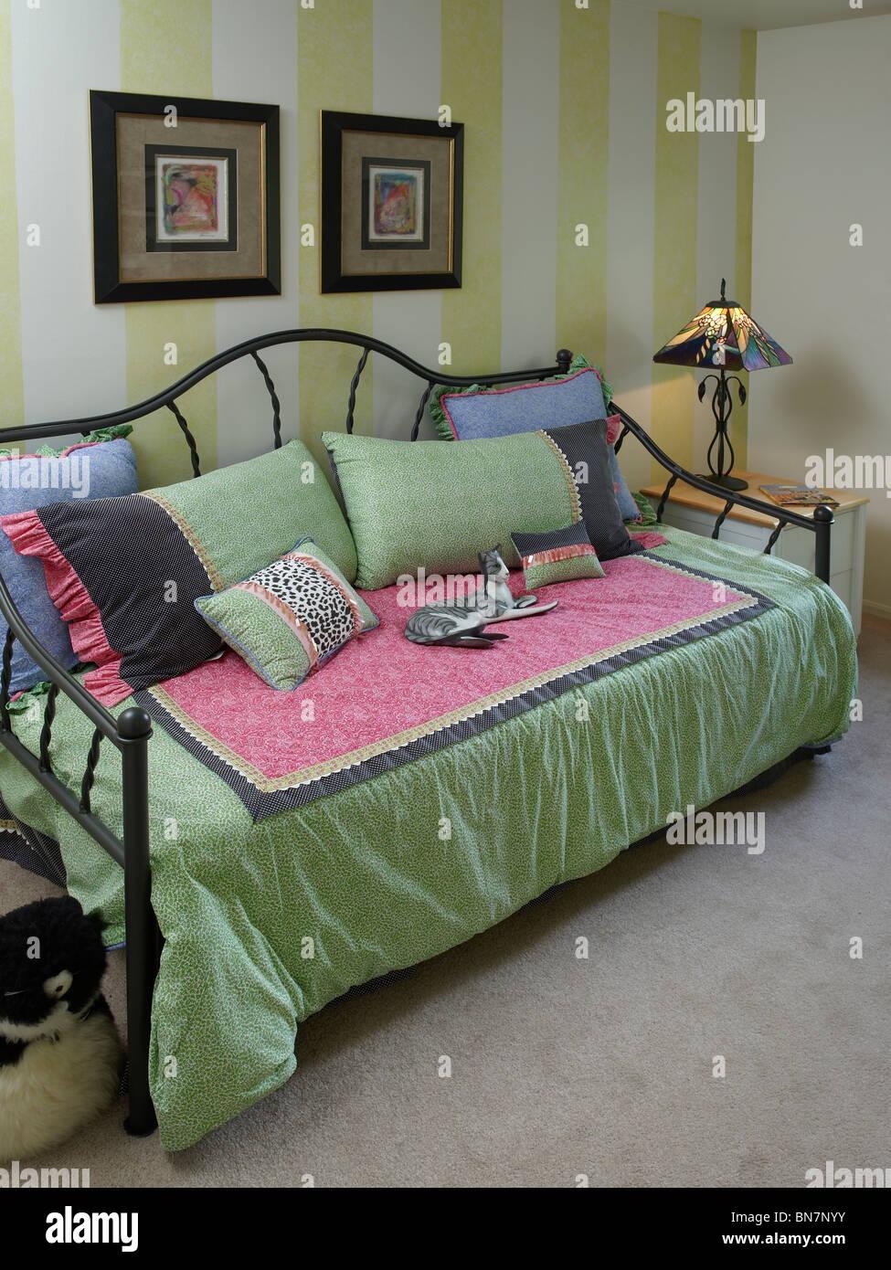 Liege Sofacouch im Schlafzimmer, Pennsylvania, USA Stockbild