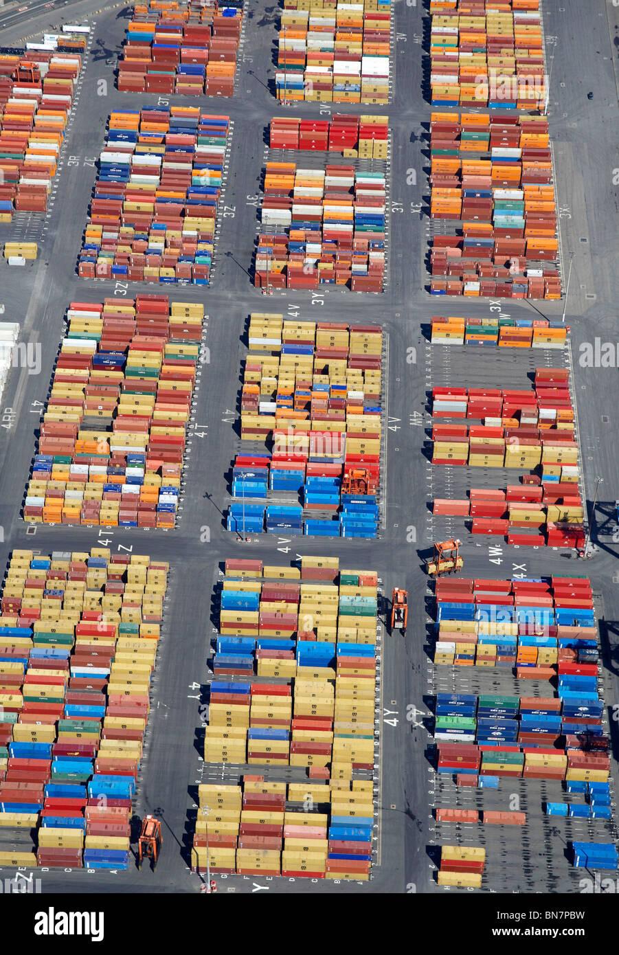 Container in Bootle Docks, aus der Luft, North West England Stockbild