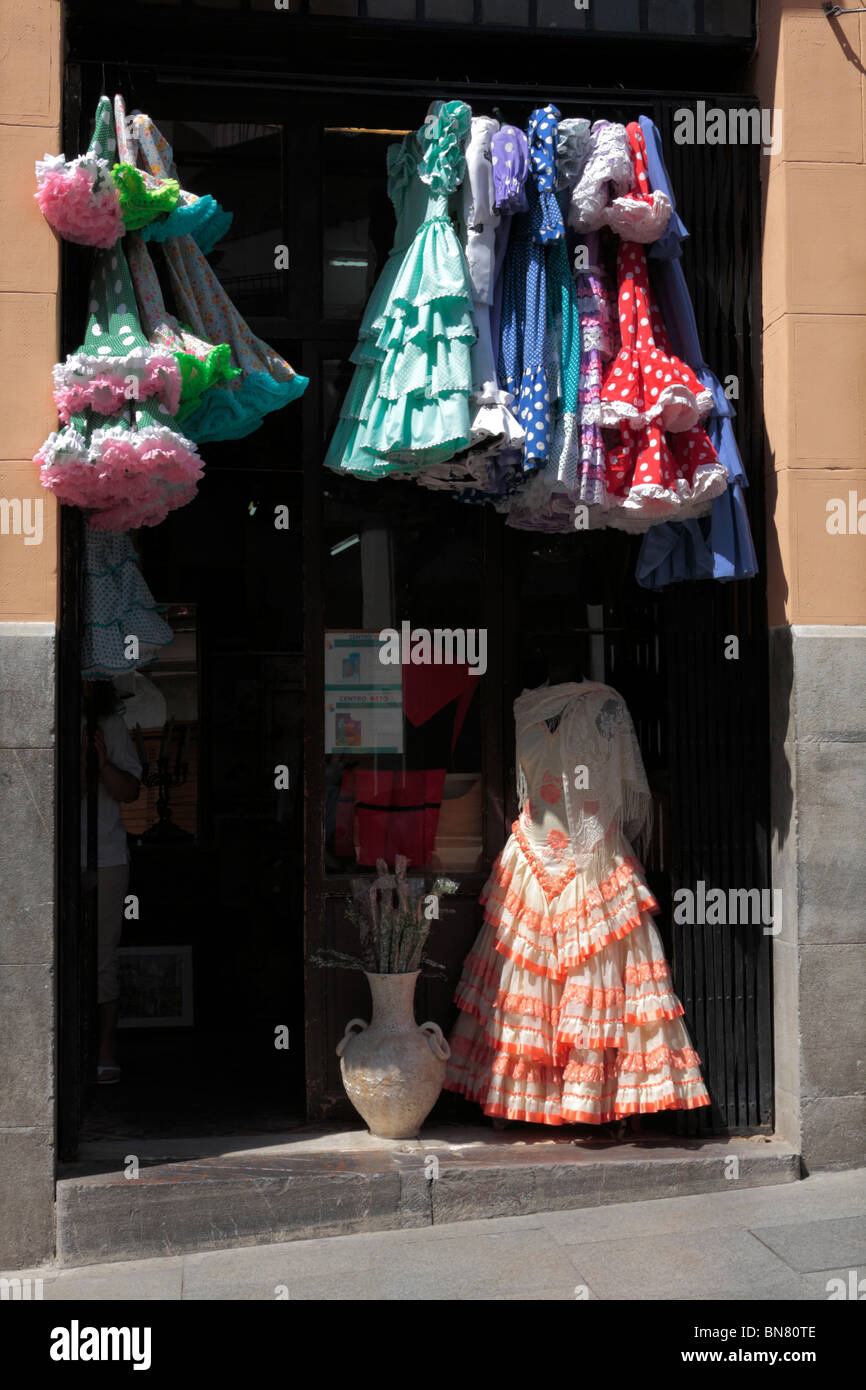 6debea6500e802 Flamenco-Kleider hängen in einem Shop Eingang in Cordoba Andalusien Spanien  Europa Stockbild