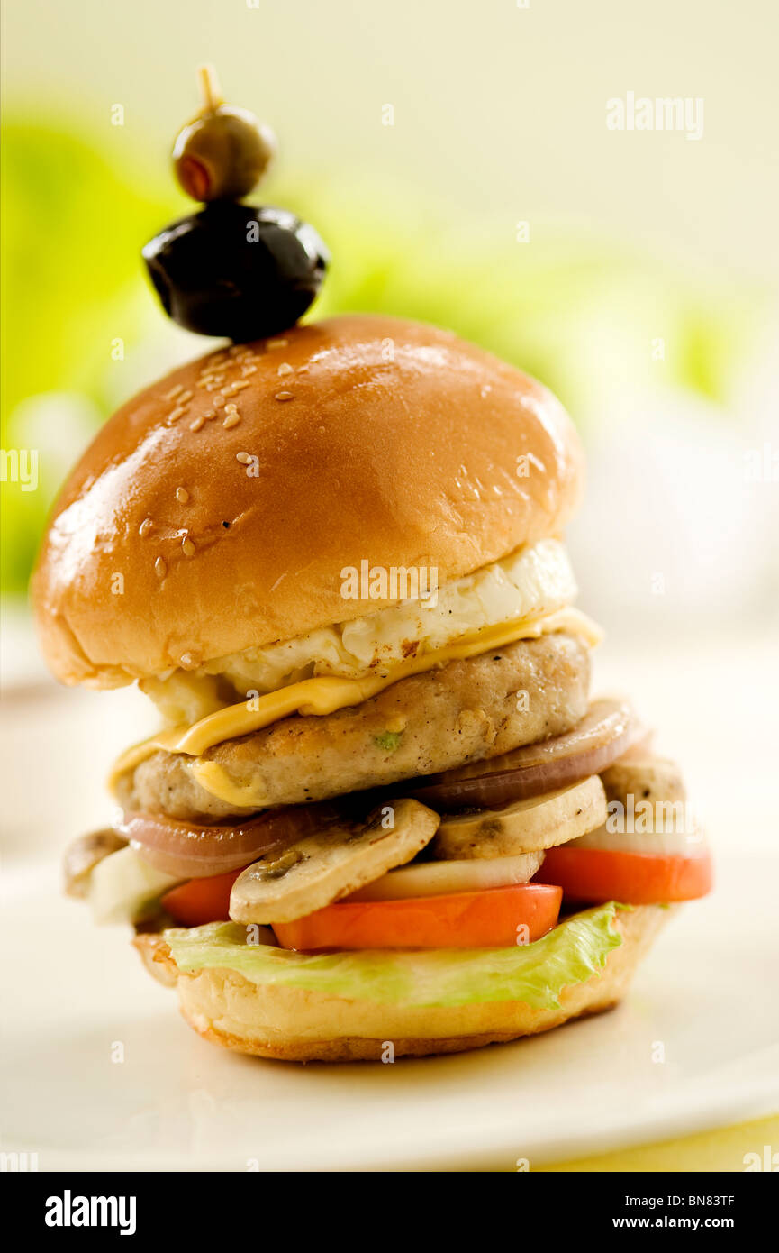 Supreme Burger BBQ - gemacht mit Huhn Pattie, amerikanischer Käse, würziger BBQ-Sauce, Salat und Tomate Stockbild