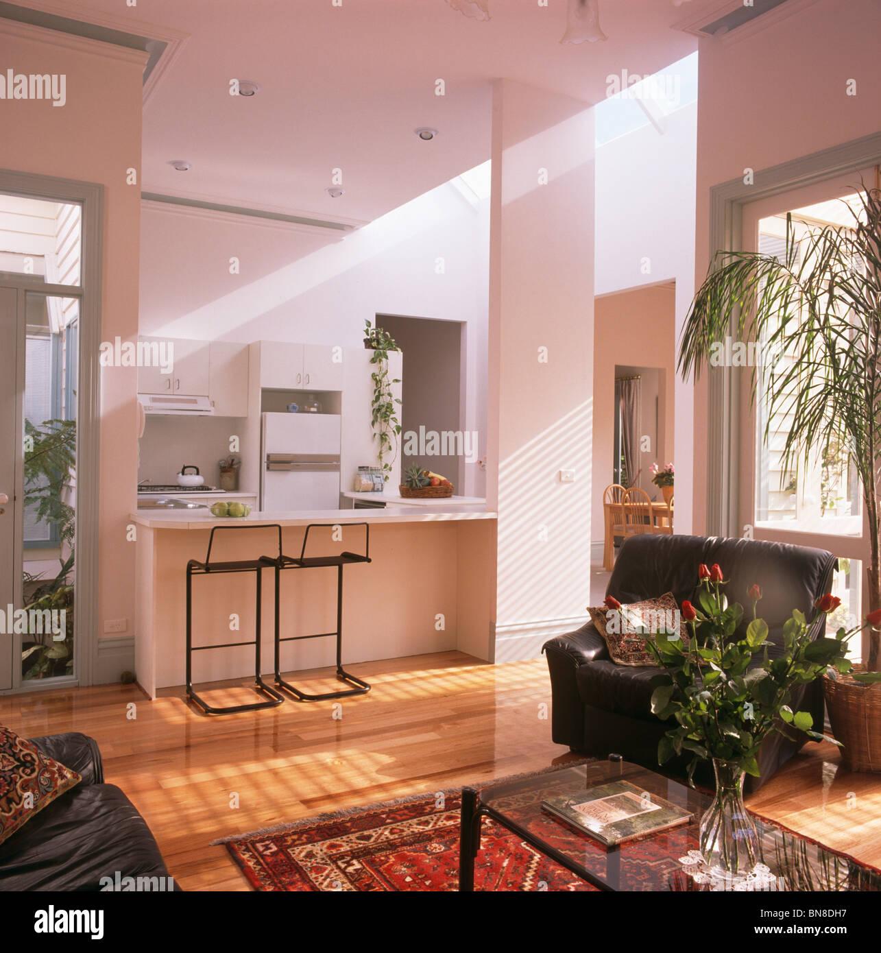 Hocker Im Frühstücks Bar Im Modernen Offenen Küche Und Wohnzimmer Mit  Holzboden