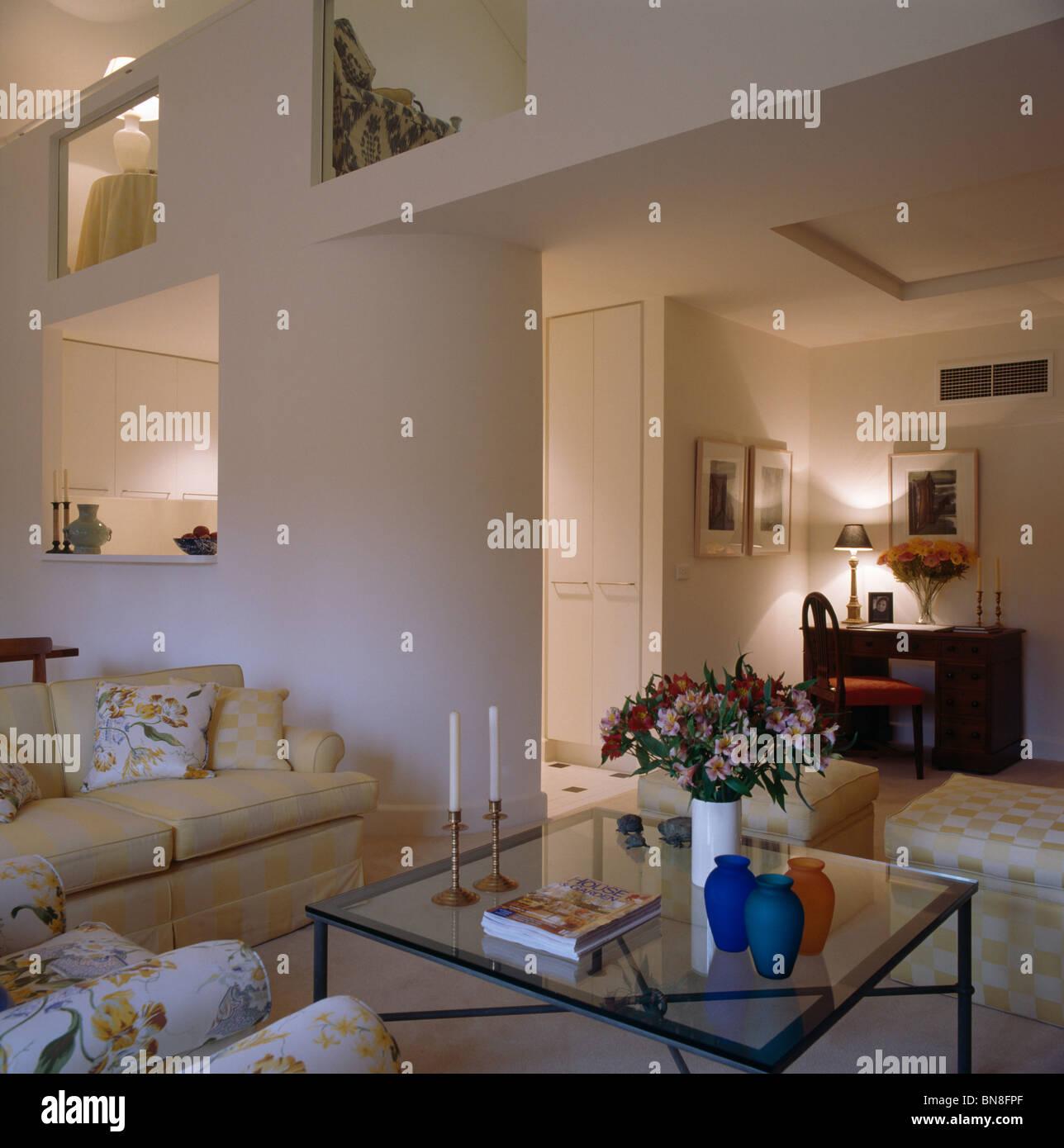 Beige sofa und glas tisch in modernen gro raum und - Doppeltur wohnzimmer ...