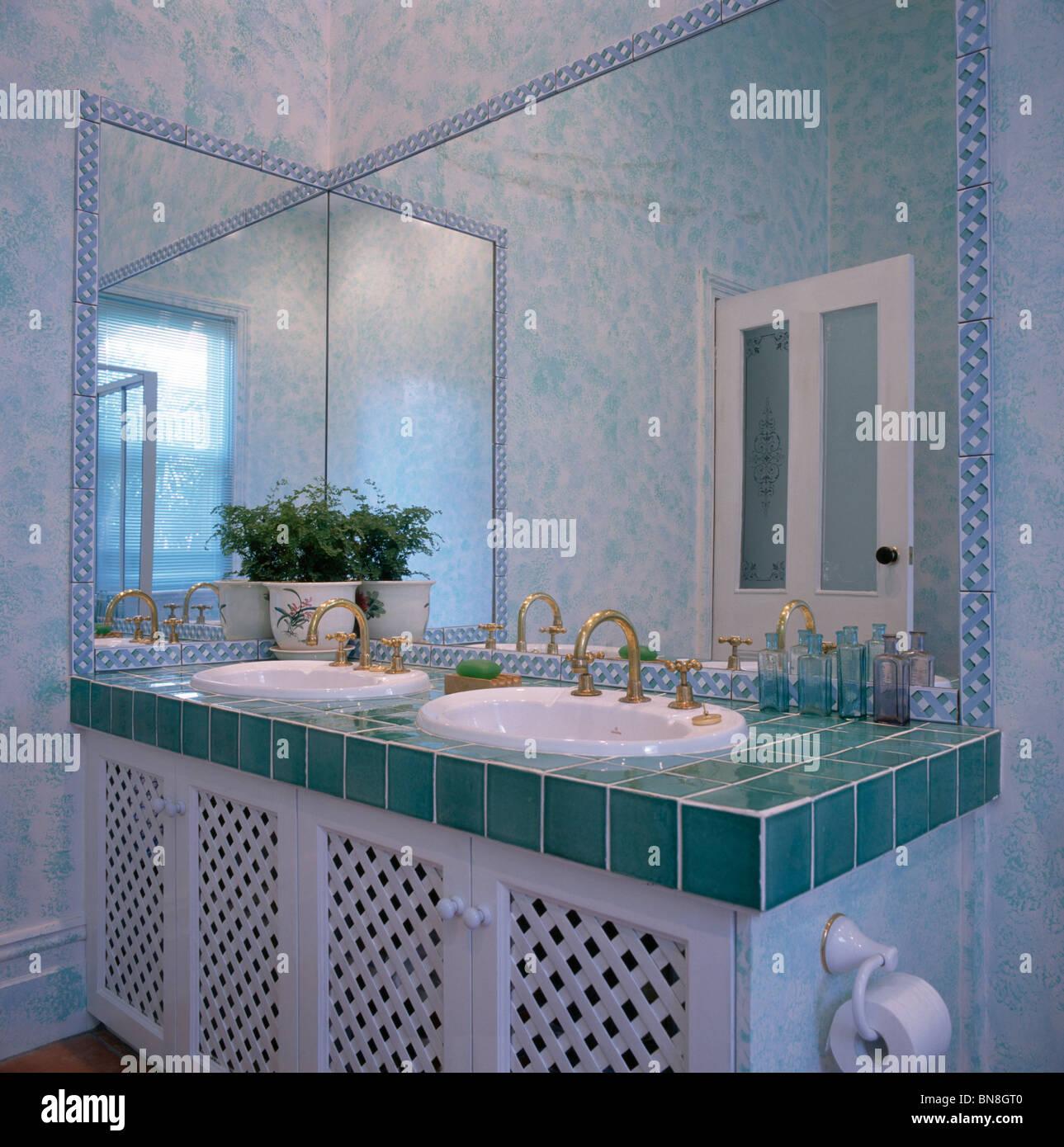 GroBartig Spiegel über Doppelwaschbecken In Eitelkeit Einheit Mit Türkisfarbenen  Gefliesten Arbeitsplatte Im Modernen Badezimmer Mit Schwamm Effekt Wände