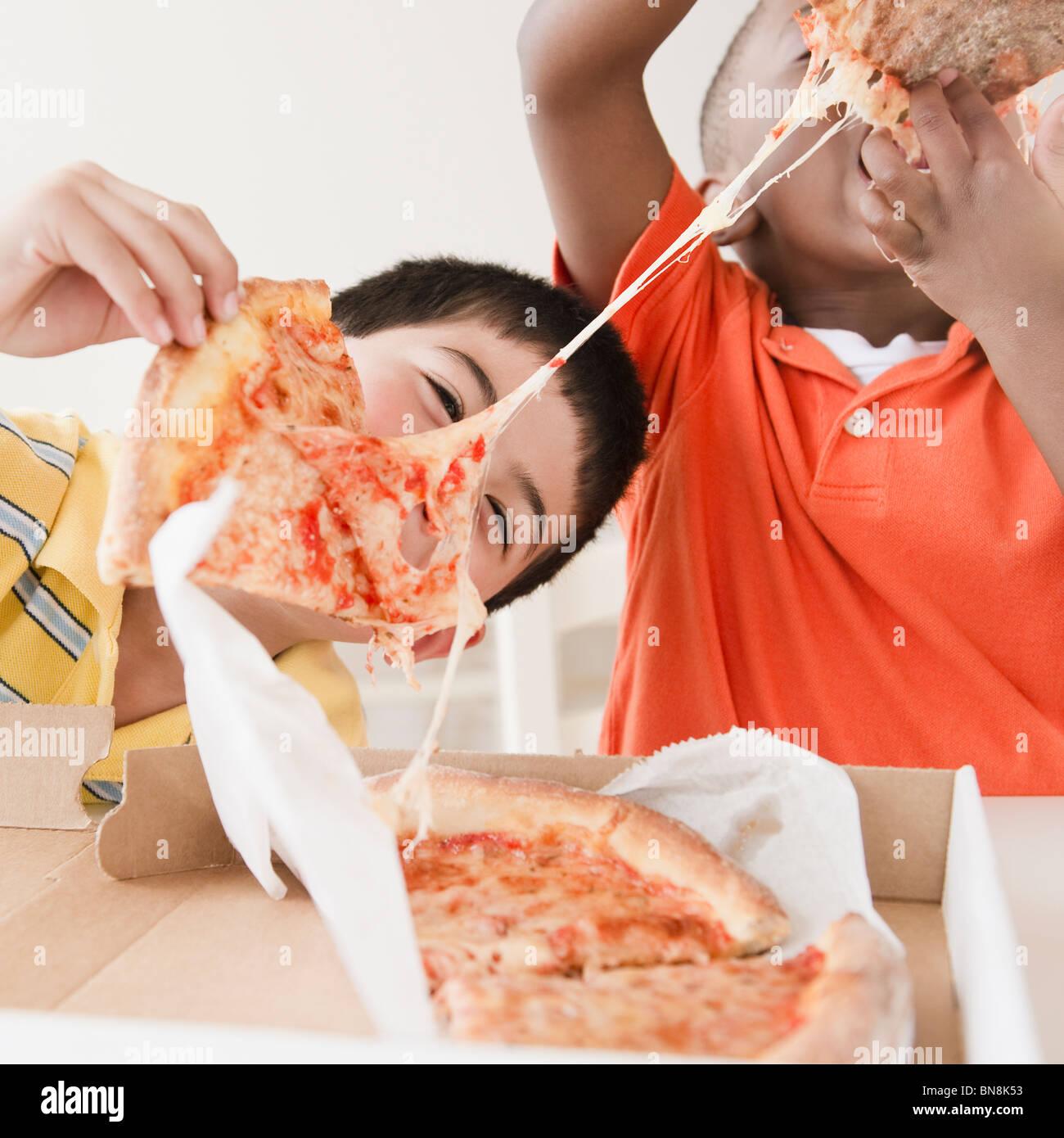 Pizzaessen zusammen getrennt