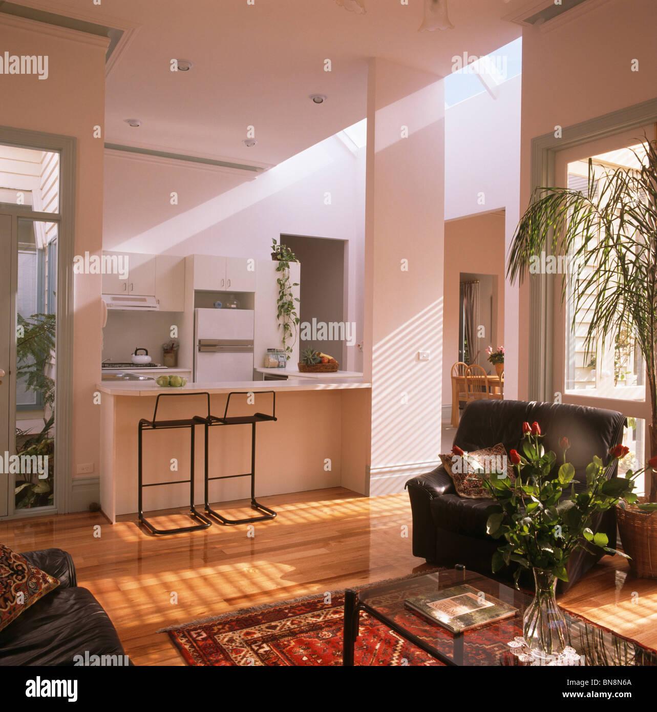 Große offene Wohnzimmer und Küche mit Barhockern im Frühstücks-bar ...