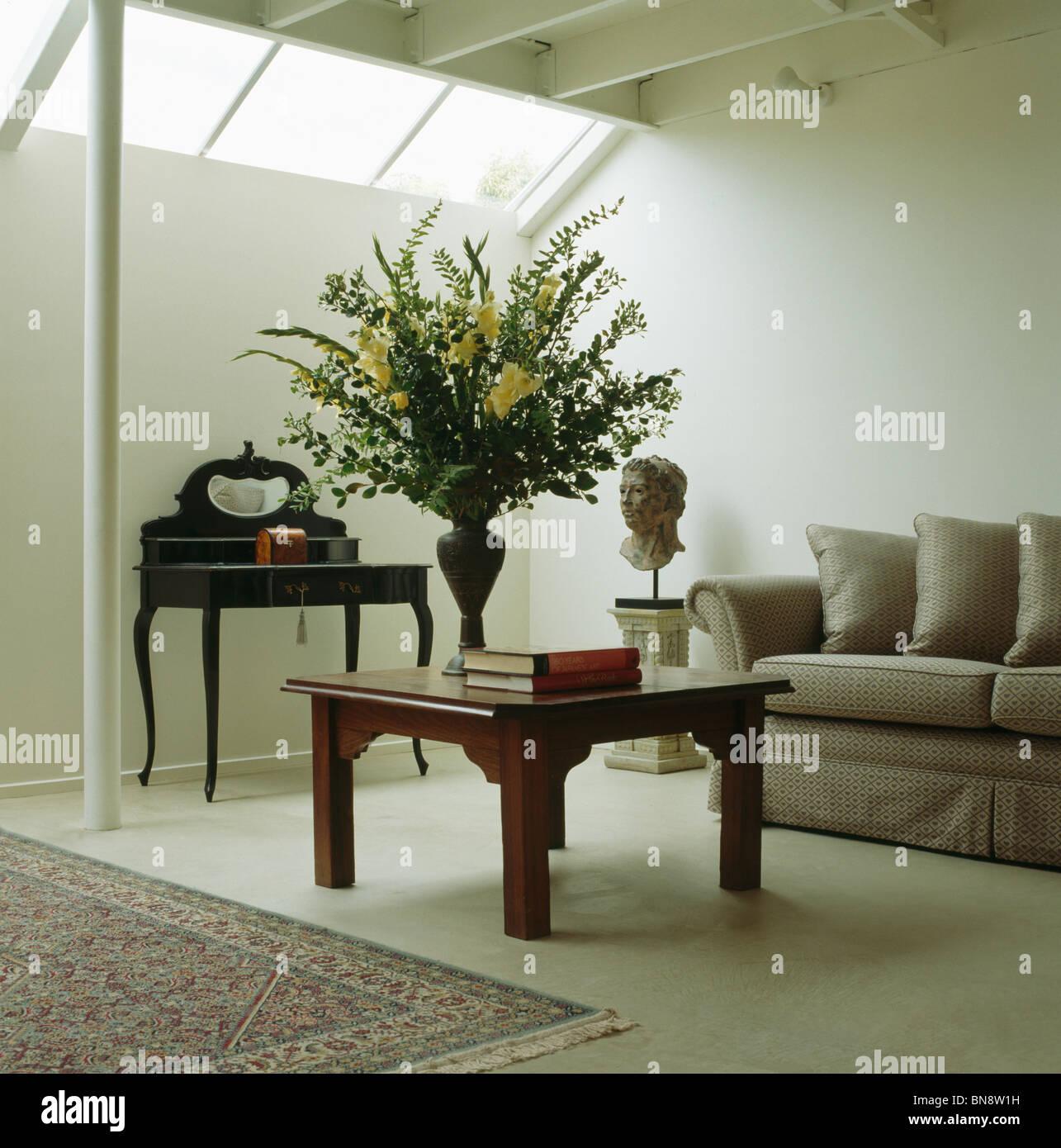Große Blumen Arrangement Am Couchtisch Aus Holz Und Beige Sofa Im Modernen  Weißen Wohnzimmer Erweiterung Mit Weißer Bodenbelag