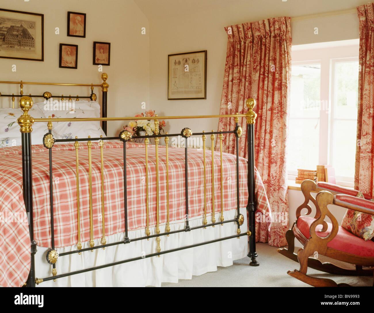 Rot aktiviert Bettwäsche auf antikem Messingbett im Land ...