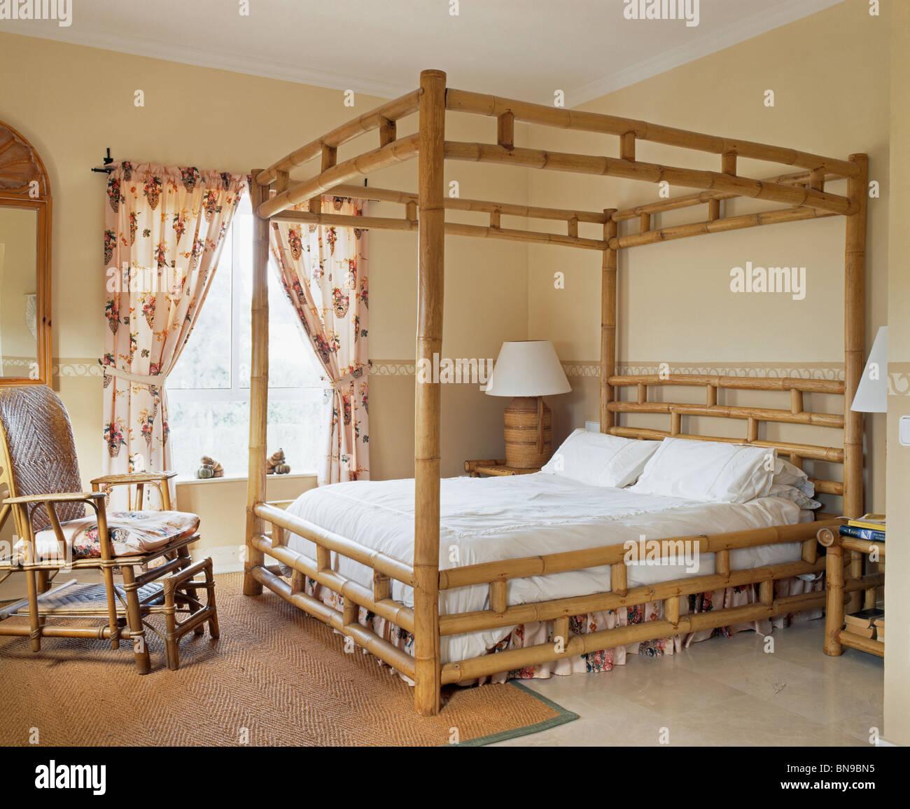 Bambus-Himmelbett und Stuhl im spanischen Schlafzimmer floral ...