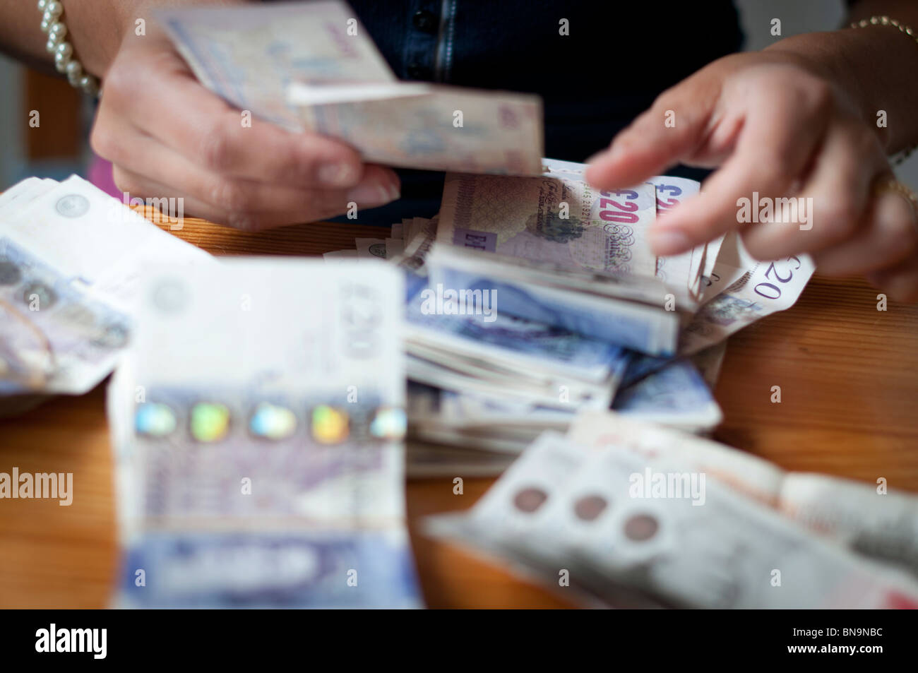 Person zählen Bargeld-Close-up Stockfoto