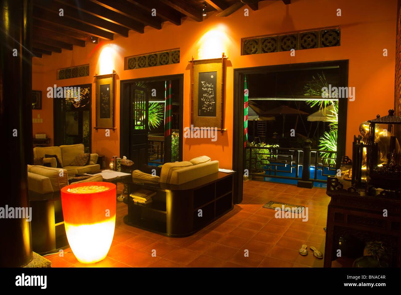 Traditionelle Vietnamesische Tropischen Haus Innendesign Mit Exklusiven  Möbeln Und Dekorationen Mit Tropischen Blumen Und Lichter