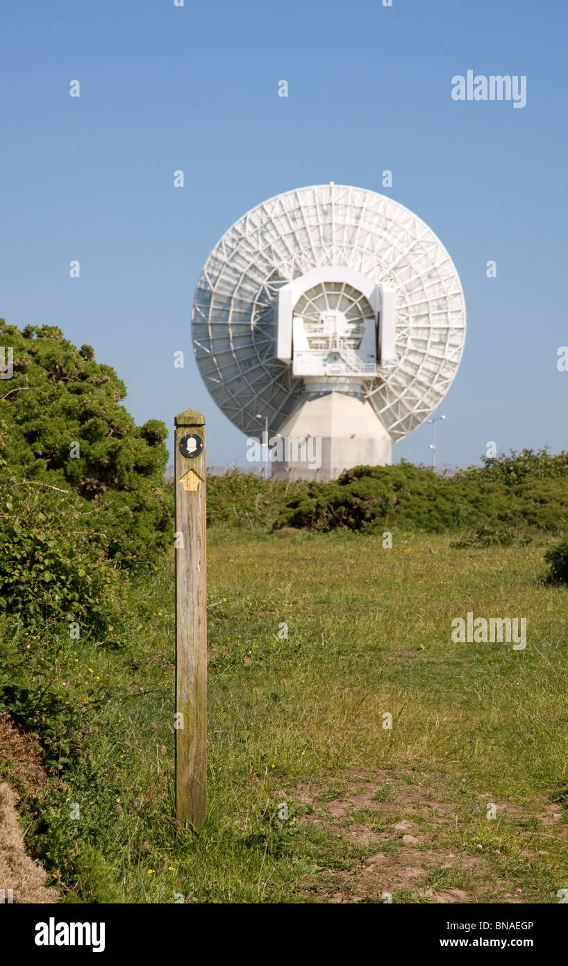 South West Coast Weg vorbei an der Regierung GCHQ Radio Tracking-Station in der Nähe von Morwenstow an der Stockbild