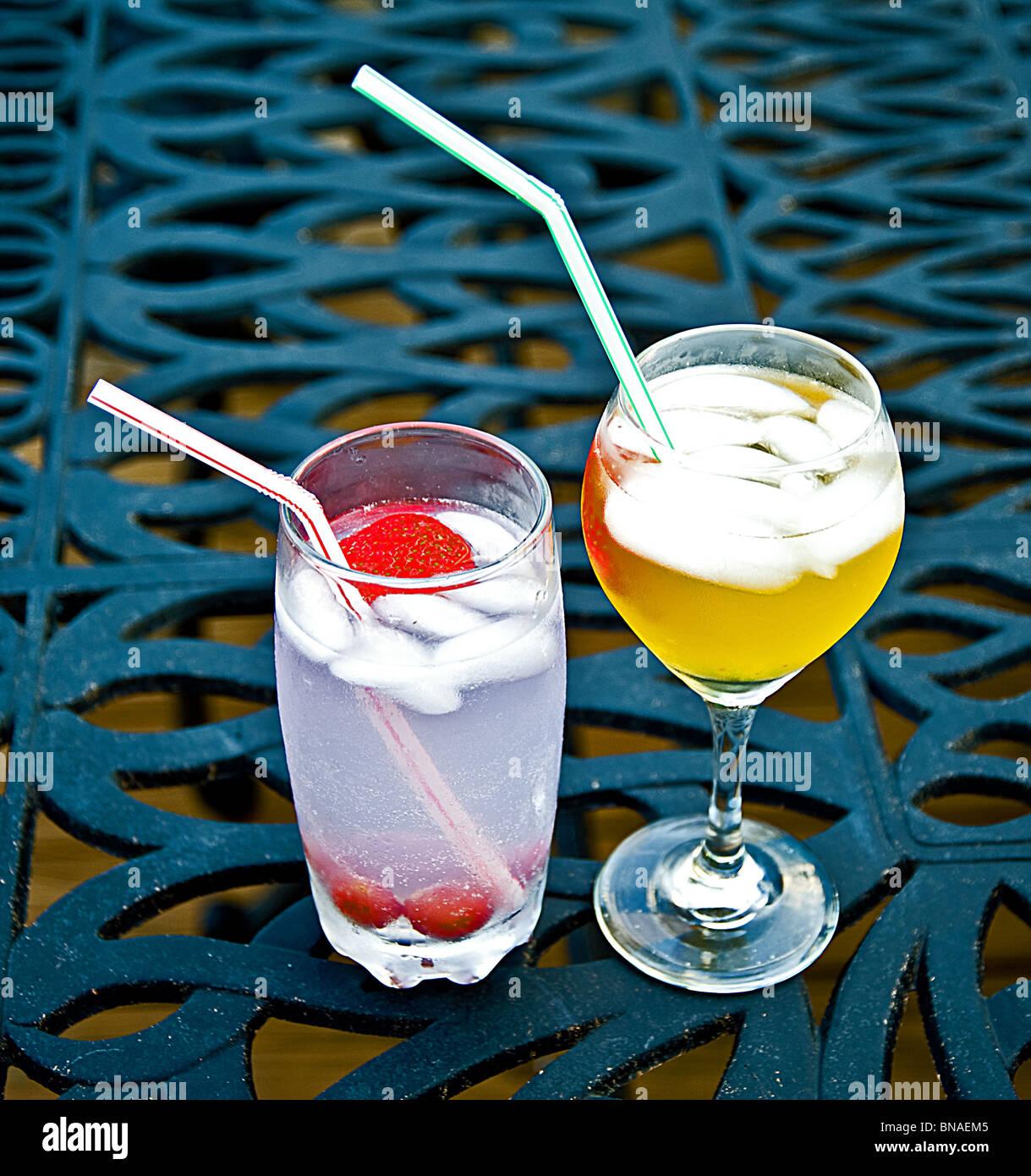 zwei Getränke gin Tonic Eis Erdbeer Margarita Cocktail-Tisch Top ...