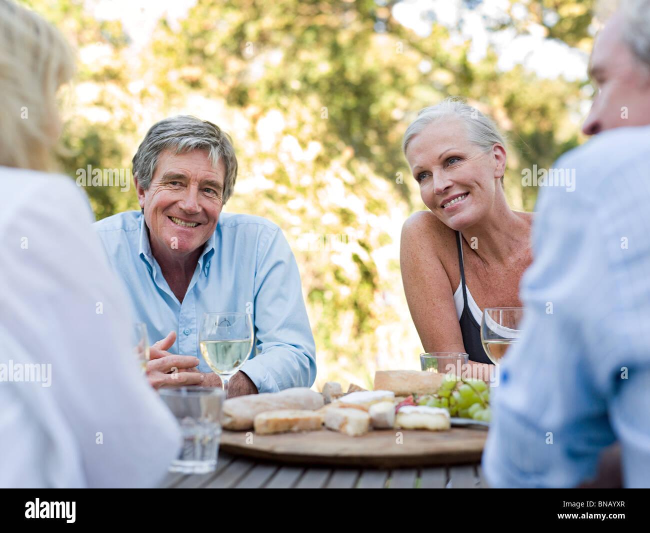 Freunde von Mahlzeit im freien Stockfoto