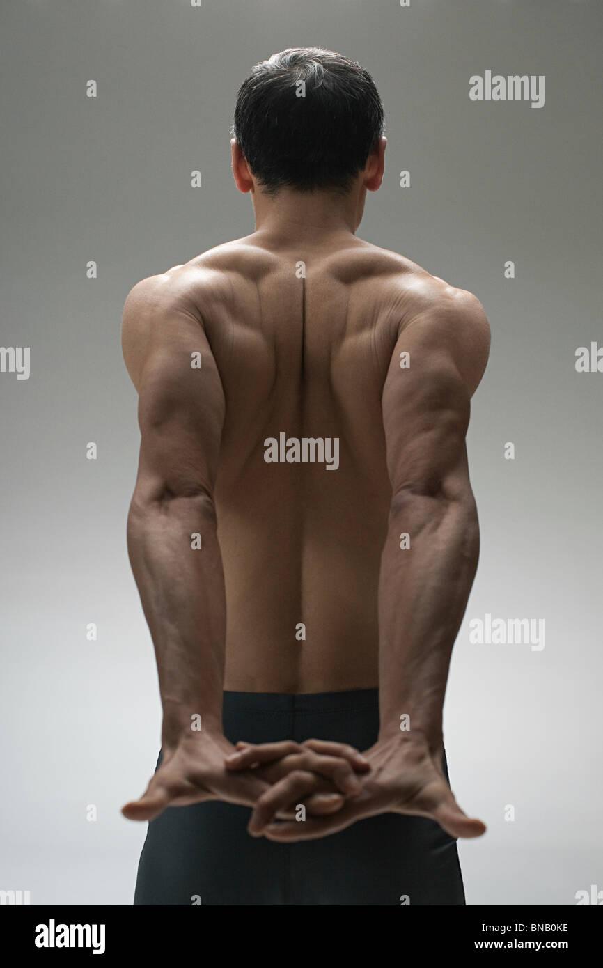 muskulöser rücken mann