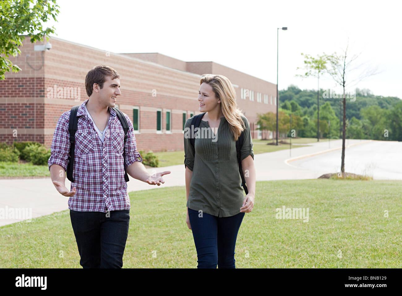 Schülerinnen und Schüler zu Fuß von der Schule Stockfoto