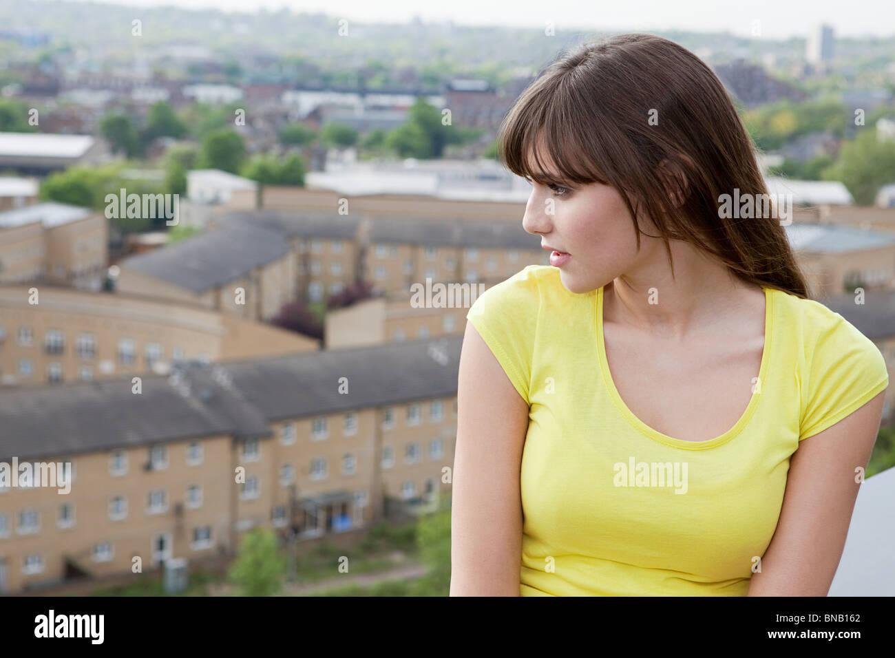 Junge Frau und städtisches Motiv im Hintergrund Stockbild