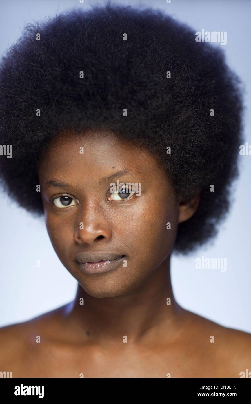 Close-up Portrait von junge Afroamerikanerin mit Retro-Revival-Afro-Haar-Stil Stockbild