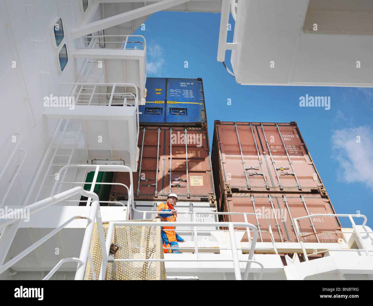 Seemann wach im Cargo-Bereich Stockbild